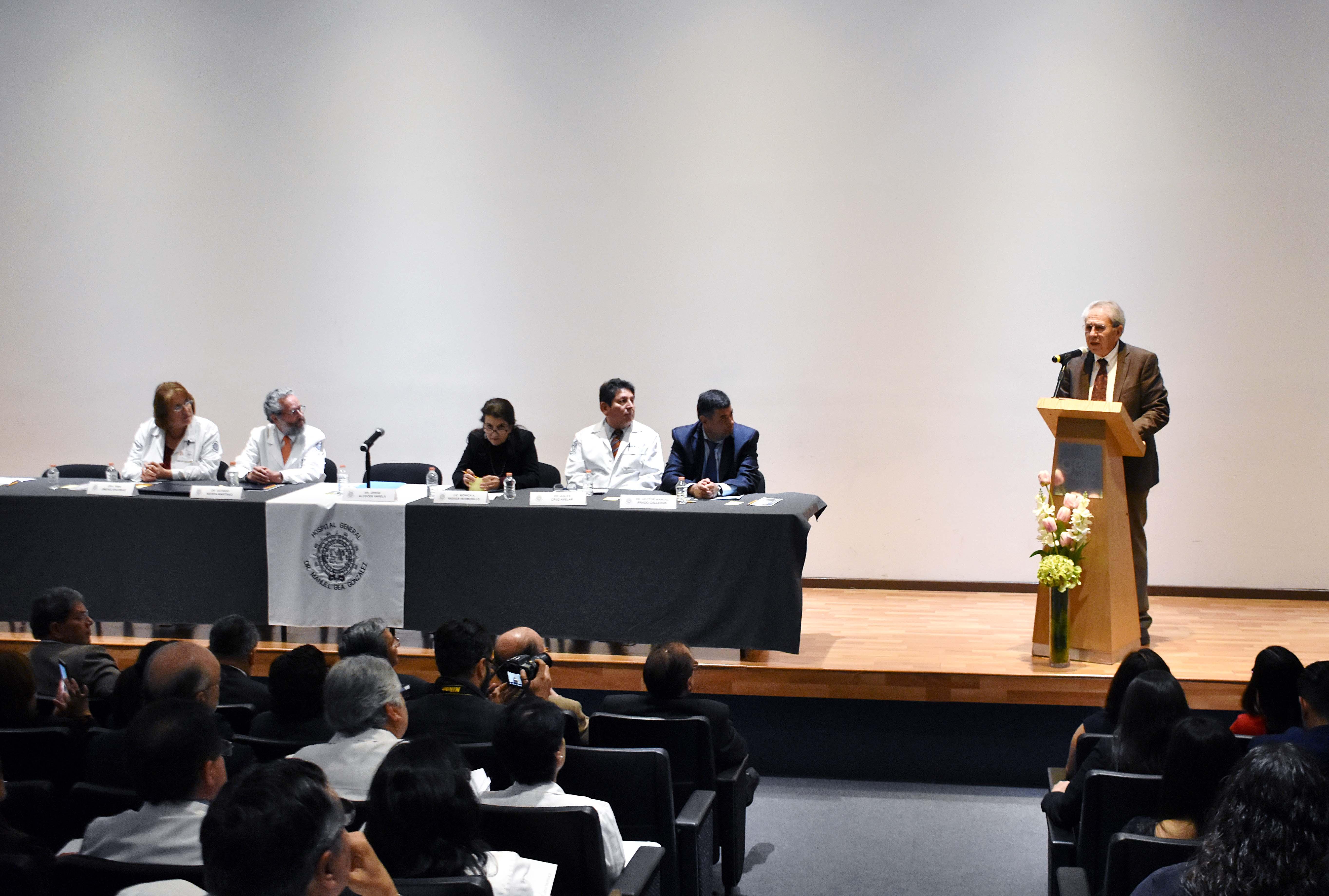El Dr. Jorge Alcocer Varela ofreciendo unas palabras en la clausura de cursos de Posgrado de Alta Especialidad en el Hospital General Manuel Gea González