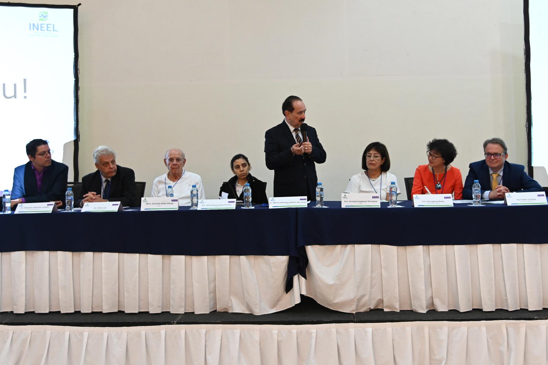 Por la Secretaría de Energía el Dr. Alberto Montoya y la Dra. Velvet Rosemberg.