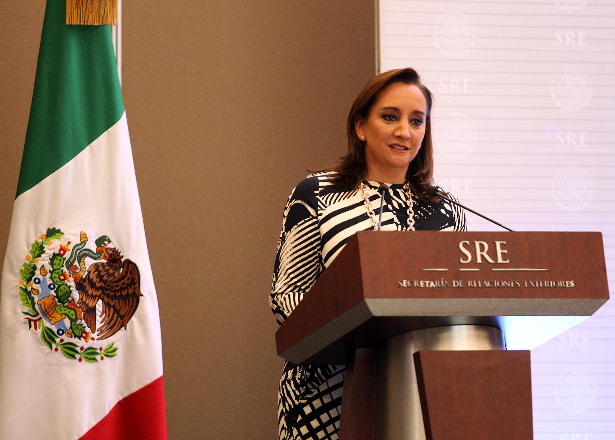 FOTO 1 Canciller Claudia Ruiz Massieu tom  protesta a nuevos integrantes de la rama t cnico administrativa.jpg
