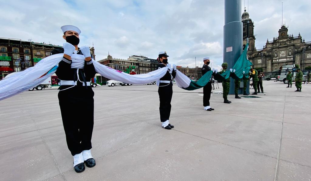 Izado de Bandera con personal de las Fuerzas Armadas Mexicanas