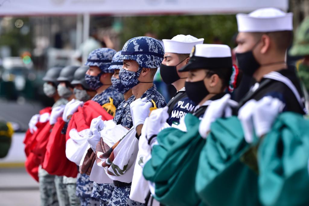 Fuerzas Armadas con bandera nacional