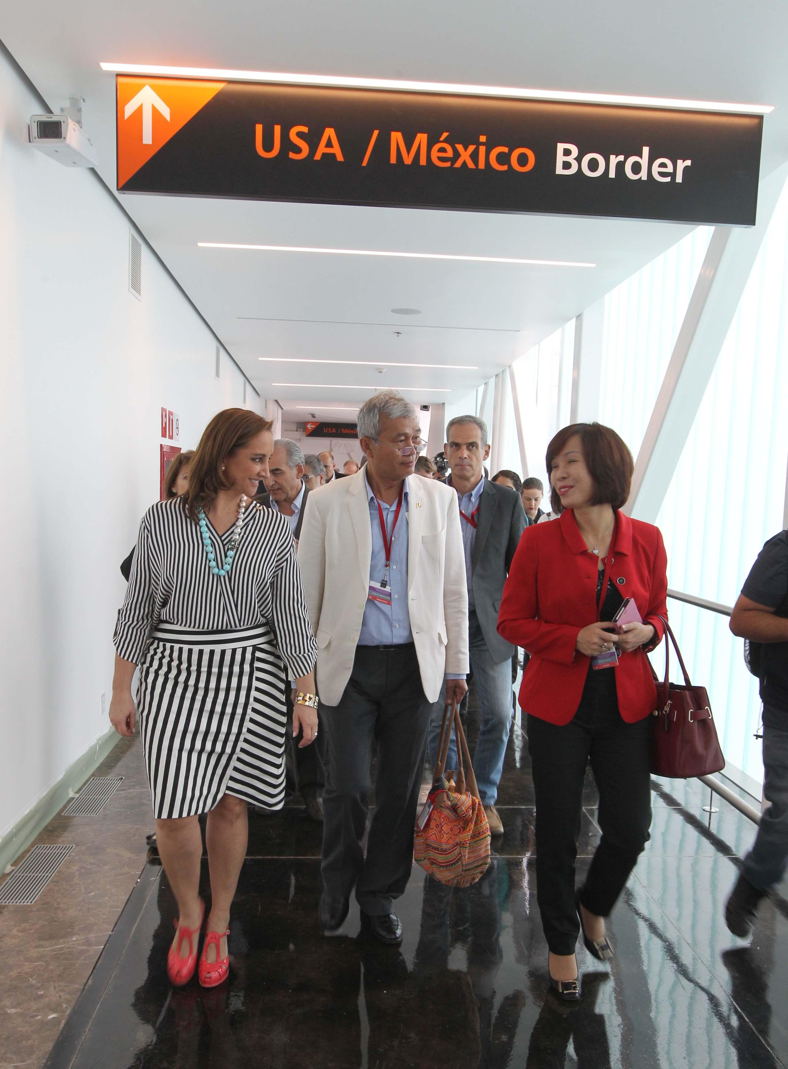 FOTO 1 Canciller Claudia Ruiz Massieu y representantes del cuerpo diplom tico visitan el puente peatonal que conectar  al Aeropuerto Internacional de Tijuana con EEUUjpg