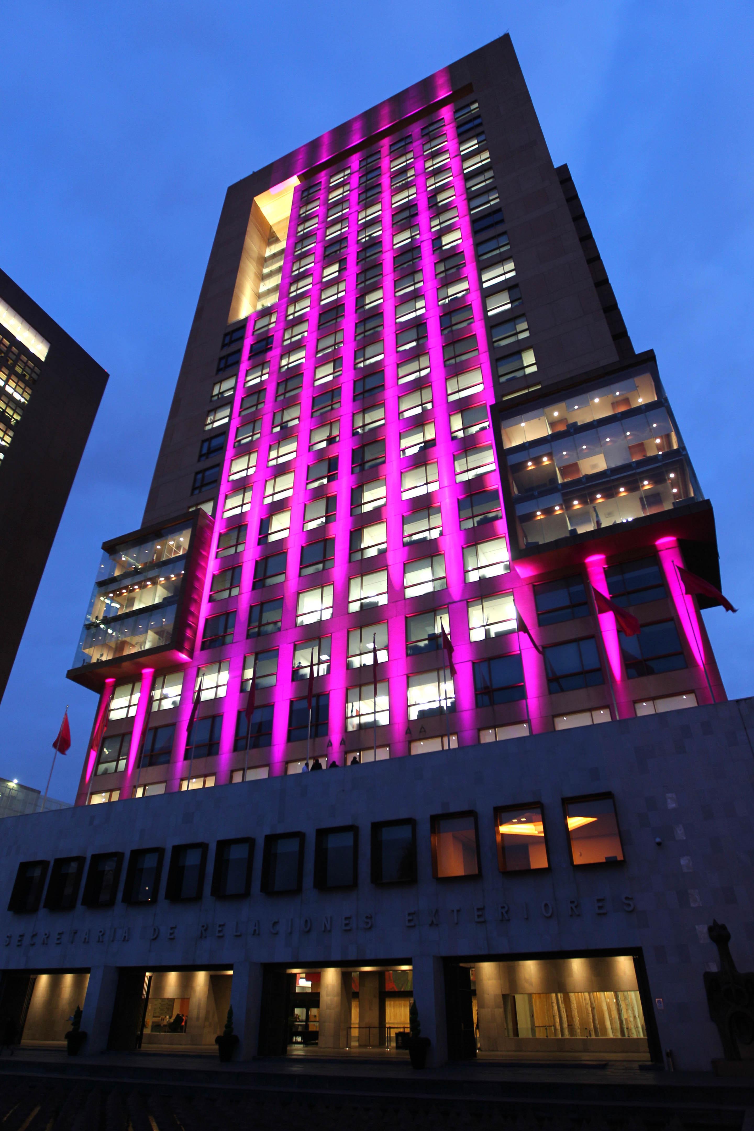 FOTO 2 Edificio de la SRE se ilumina de rosa en el D a internacional de la lucha contra el c ncer de mama.jpg