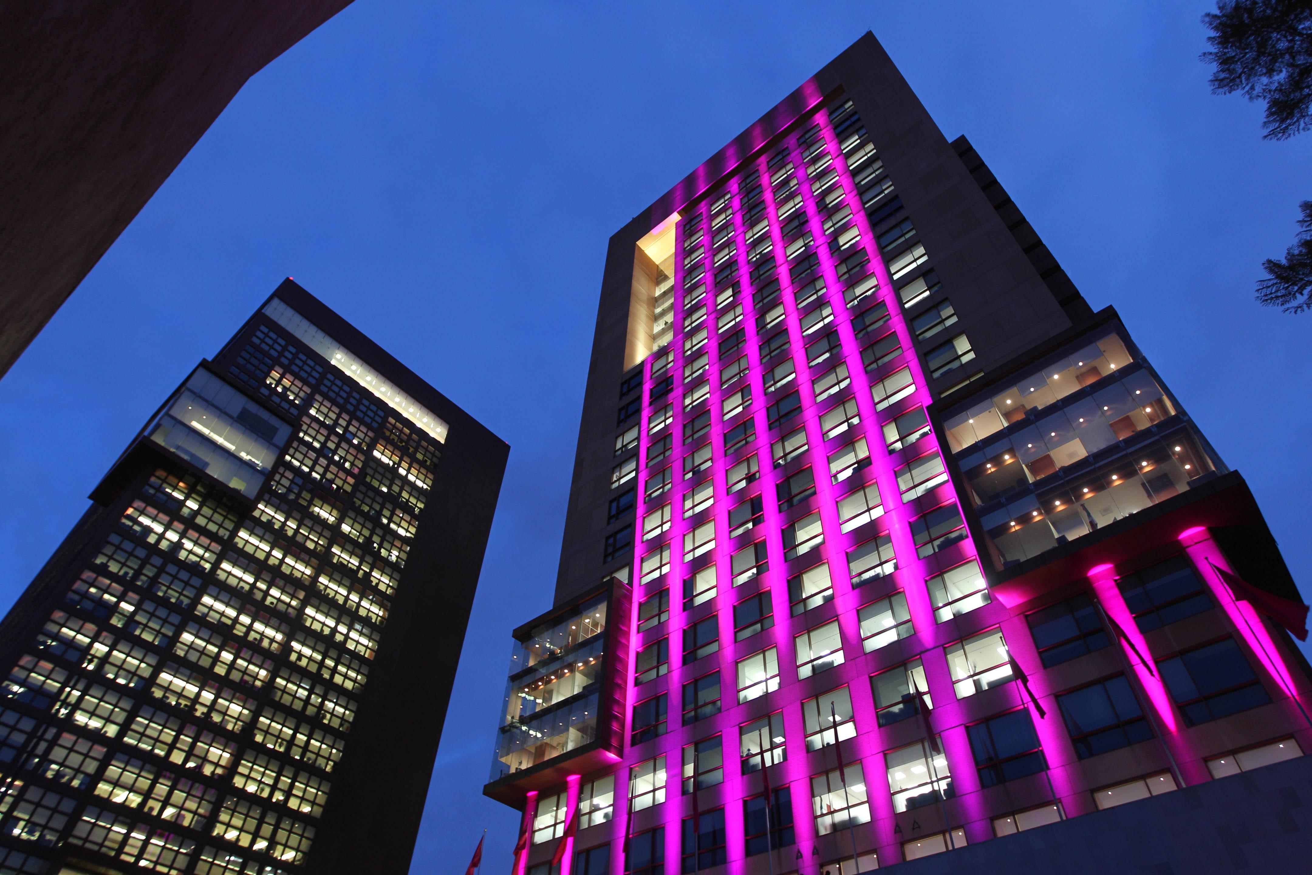 FOTO 1 Edificio de la SRE se ilumina de rosa en el D a internacional de la lucha contra el c ncer de mama.jpg