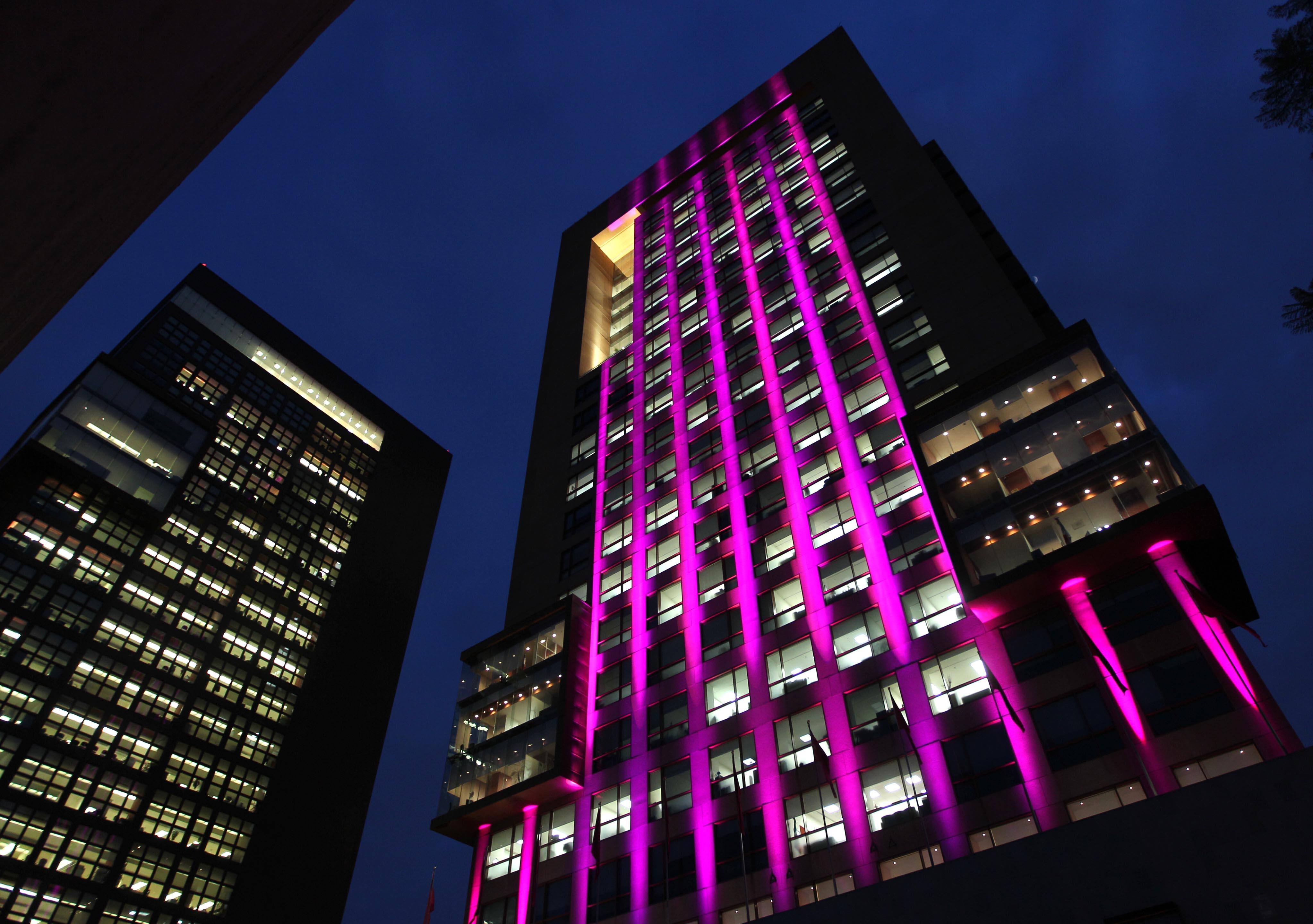 FOTO 4 Edificio de la SRE se ilumina de rosa en el D a internacional de la lucha contra el c ncer de mama.jpg