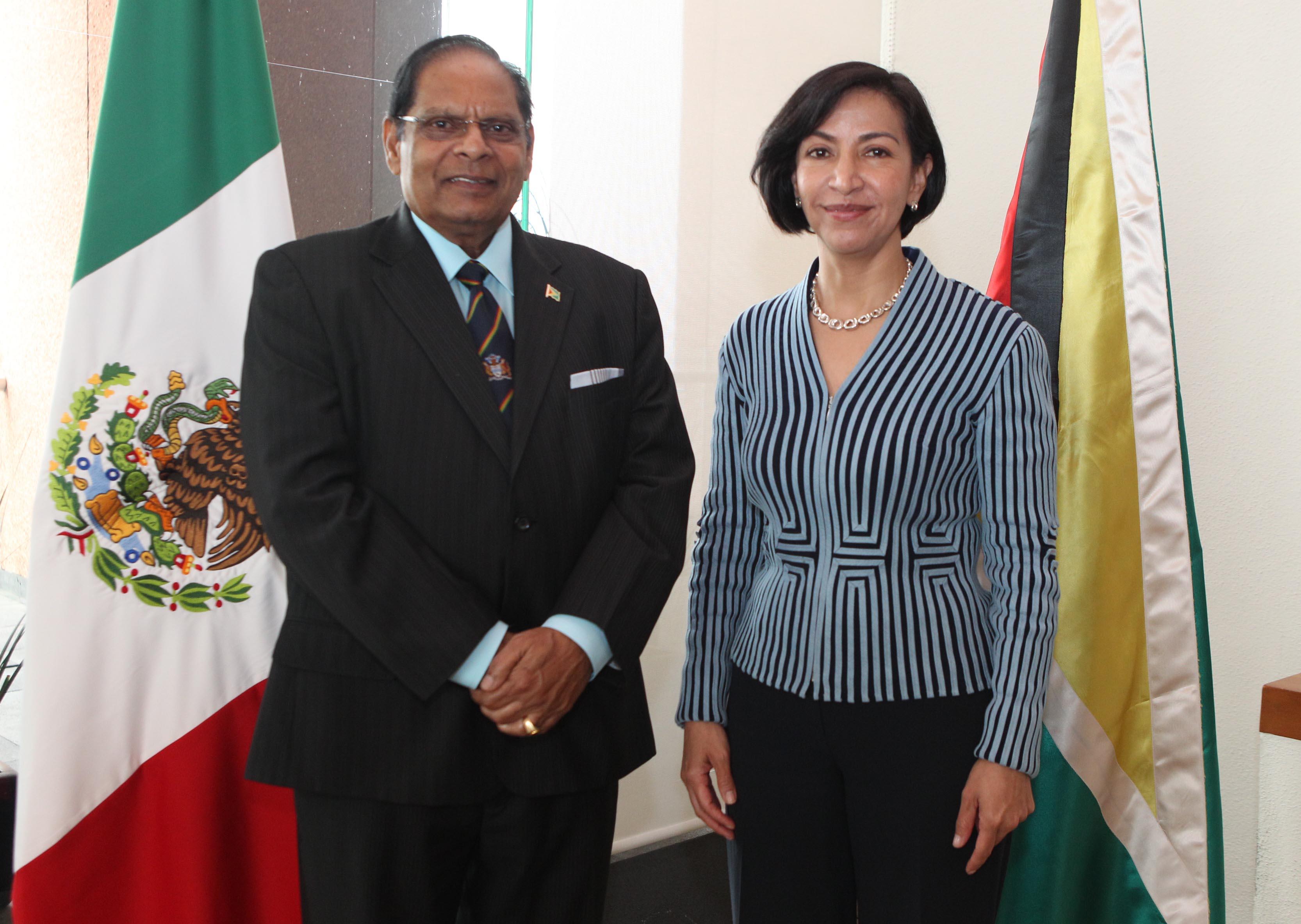 FOTO Subsecretaria Socorro Flores Liera con el Primer Ministro de la Rep blica Cooperativa de Guyana  Moses Nagamootoo.jpg