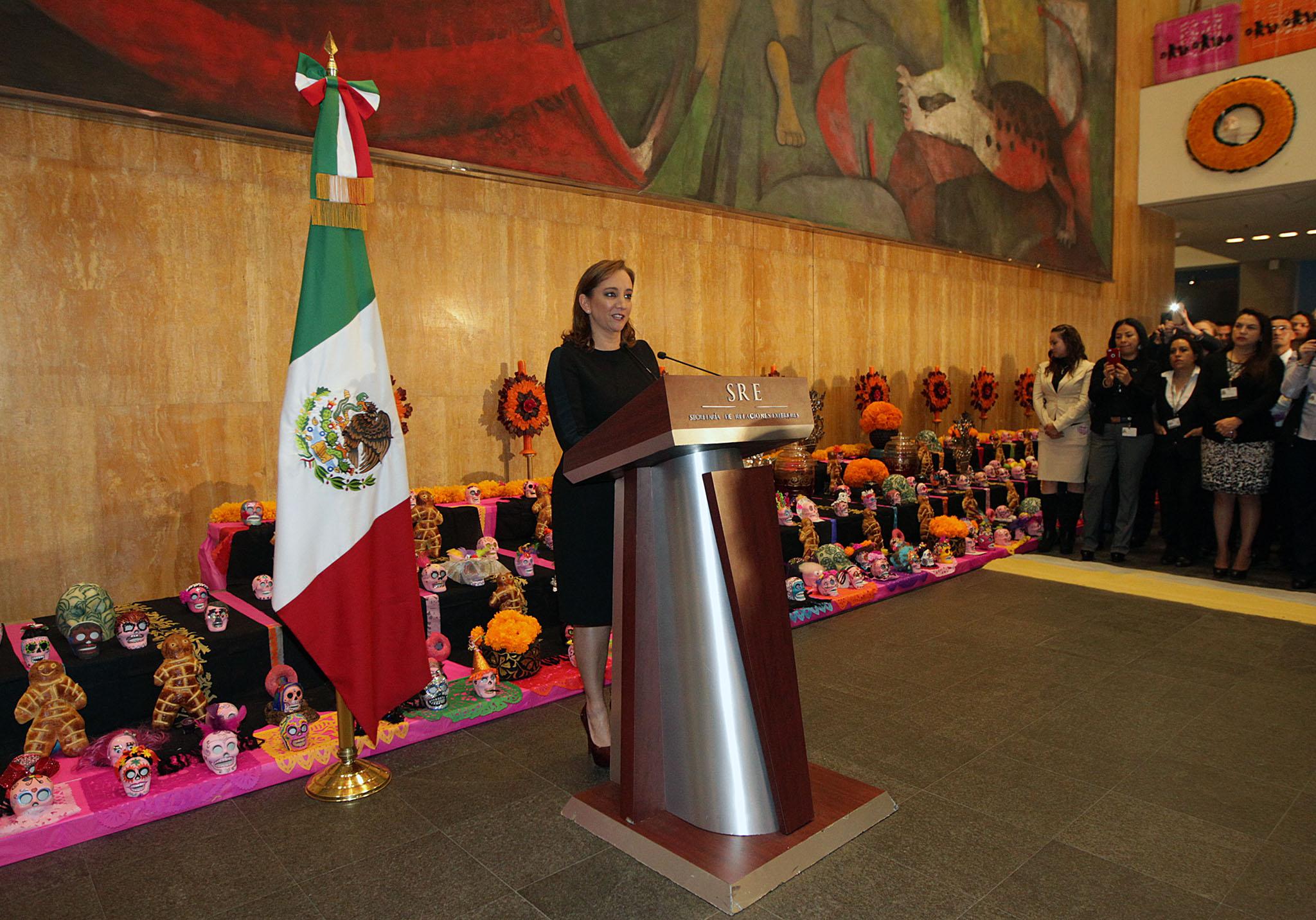 FOTO 1 Canciller Claudia Ruiz Massieu inaugur  la ofrenda por el D a de Muertos en la SRE.jpg