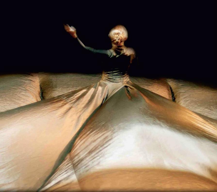 A la sombra del alba Interprete Isabel Beteta Nemian Danza Esc nica Foto de Wolfgang H Sholtzjpg