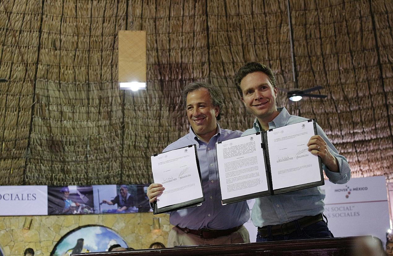 FOTO 3 El secretario de Desarrollo Social  Jos  Antonio Meade Kuribre a  firm  el d a de hoy junto con el gobernador del estado de Chiapasjpg