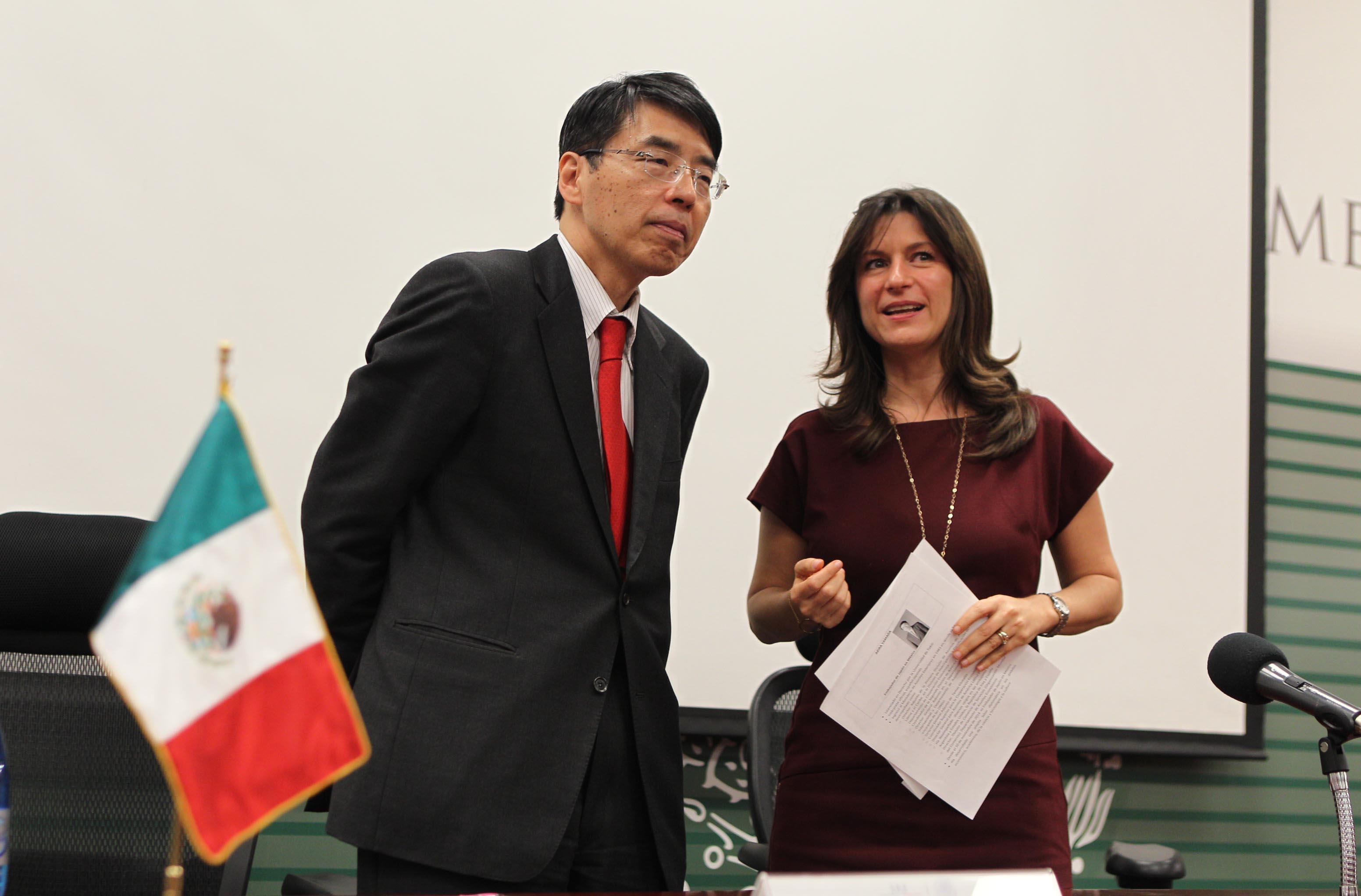 FOTO 2 Embajador de Jap n en M xico  Akira Yamada  con Natalia Saltalamacchiajpg