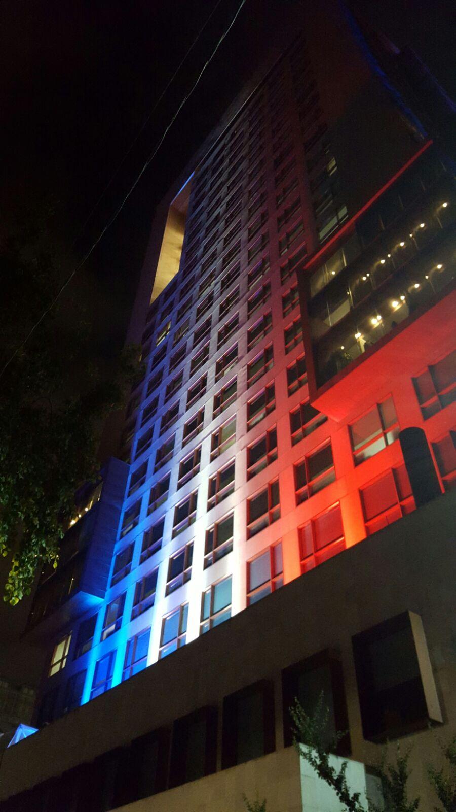 FOTO 2 Edificio de la Canciller a iluminado con los colores de Franciajpg