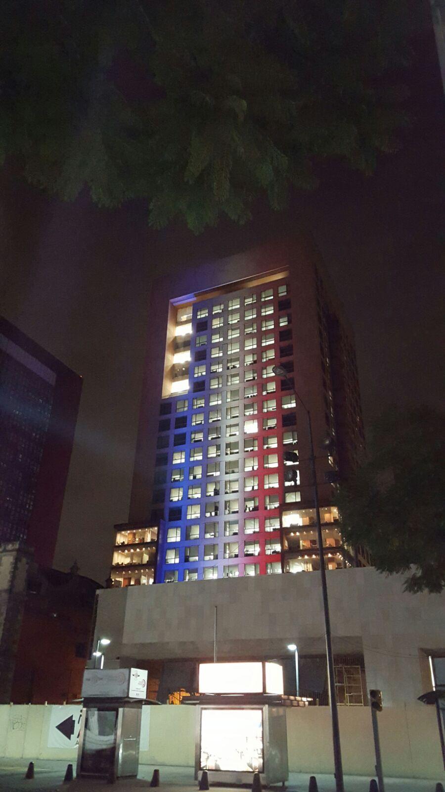 FOTO 3 Edificio de la Canciller a iluminado con los colores de Franciajpg
