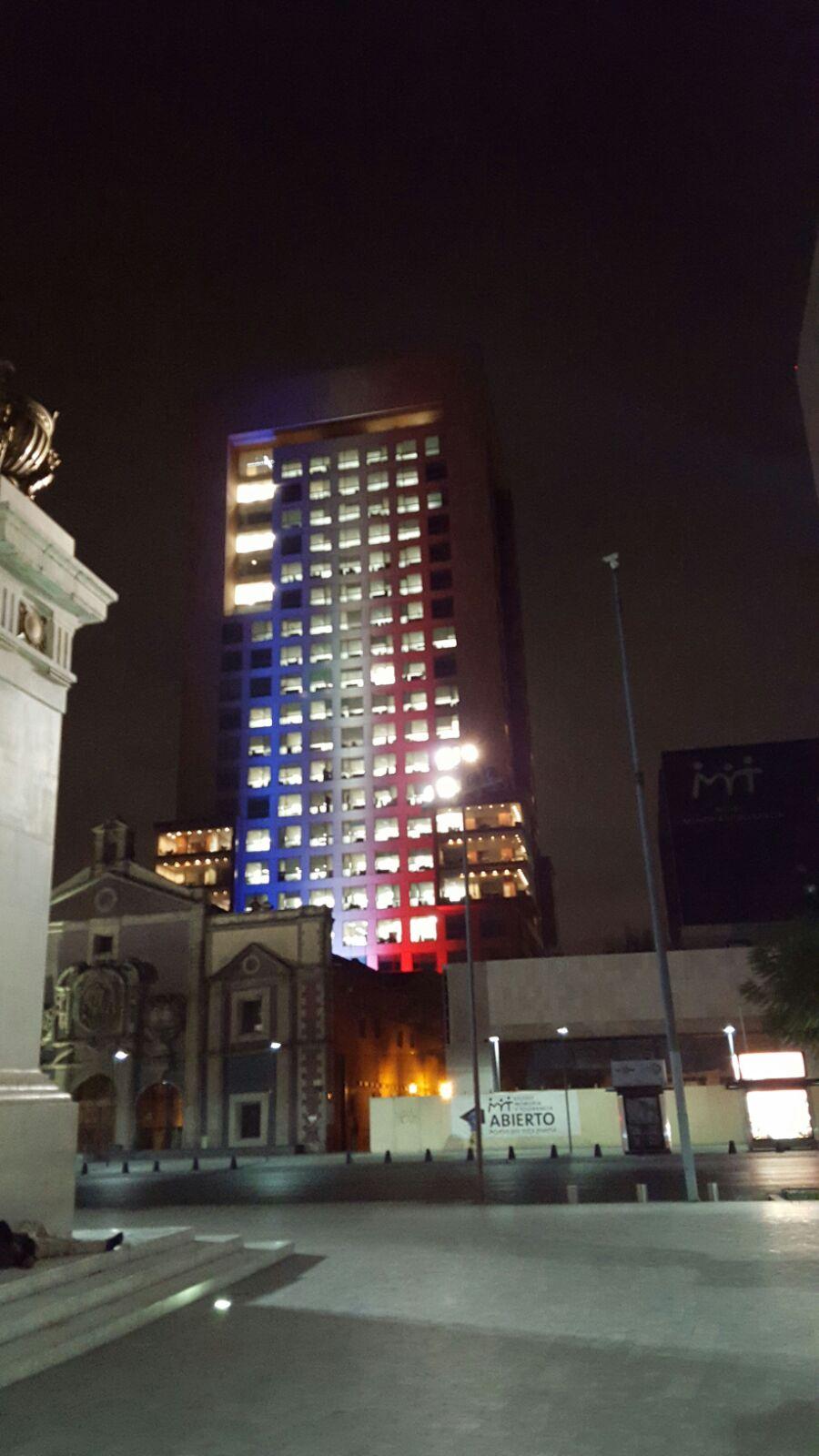 FOTO 4 Edificio de la Canciller a iluminado con los colores de Franciajpg