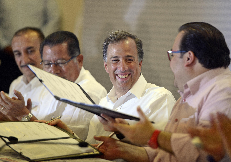 Foto 3 Firma del Convenio para el Combate del Rezago Educativo  en Xalapa  Veracruzjpg