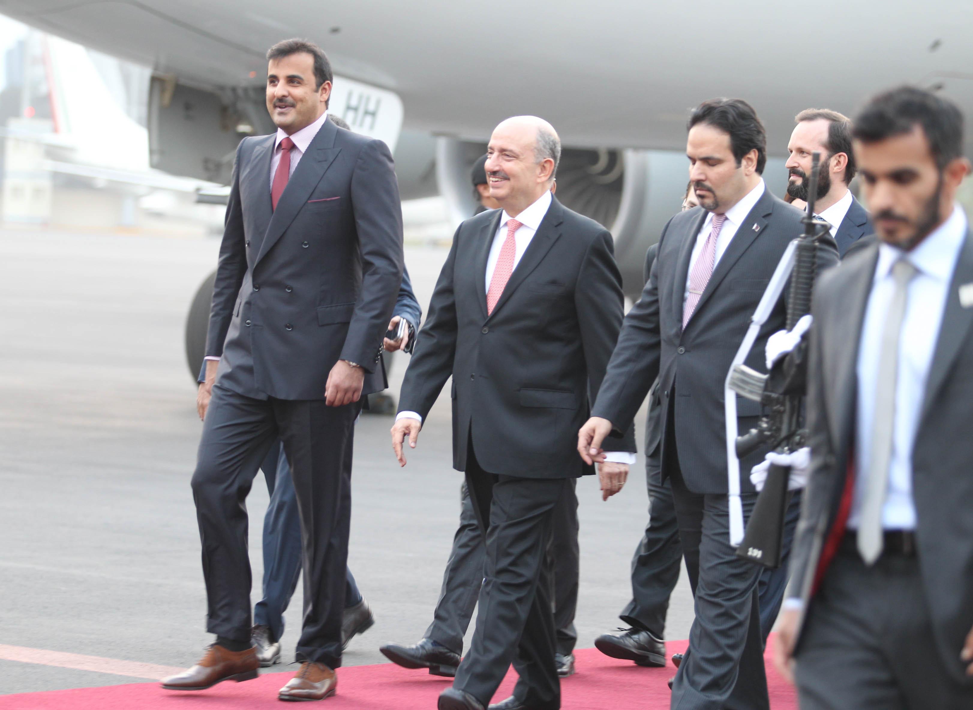 FOTO 2 Su Alteza  el Emir de Qatar  Jeque Tamim bin Hamad Al Thani   fue recibido por el Embajador Carlos de Icaza.jpg
