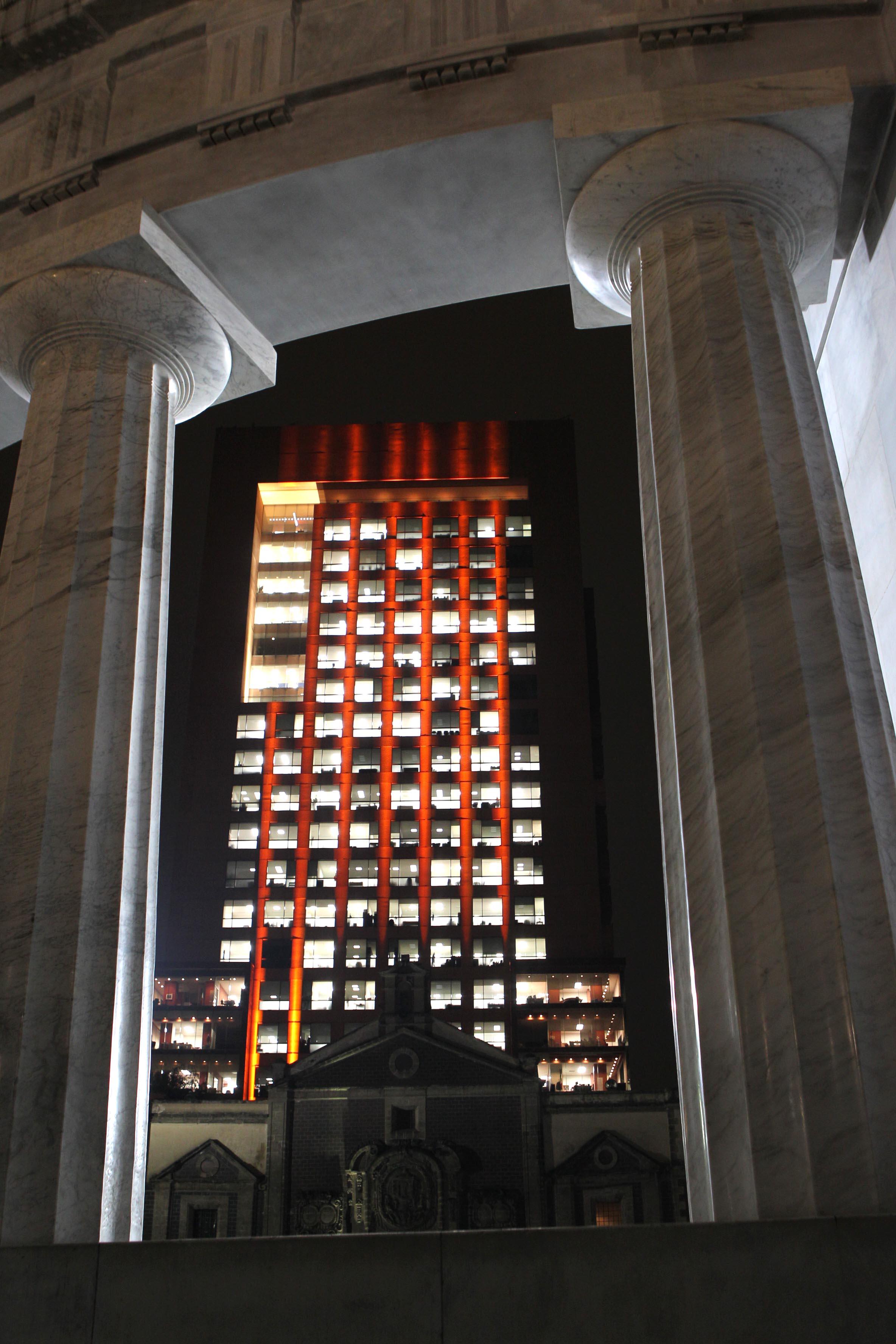 FOTO 3 Edificio de la SRE se ilumina de naranja  por el D a Internacional de la Eliminaci n de la Violencia Contra la Mujerjpg