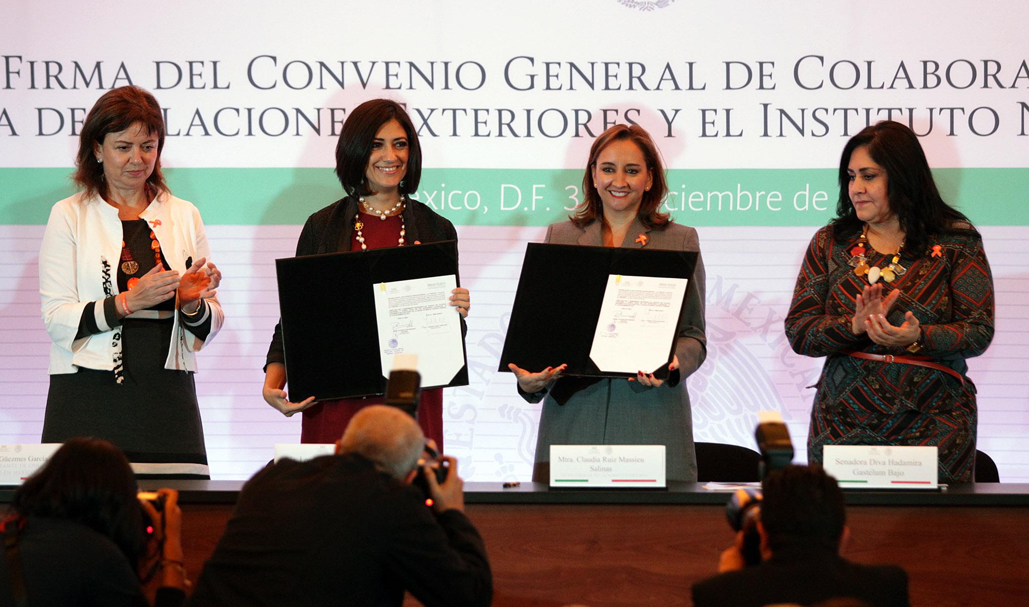 FOTO 1 Canciller Claudia Ruiz Massieu y Lorena Cruz S nchez  Presidenta del INMUJERESjpg
