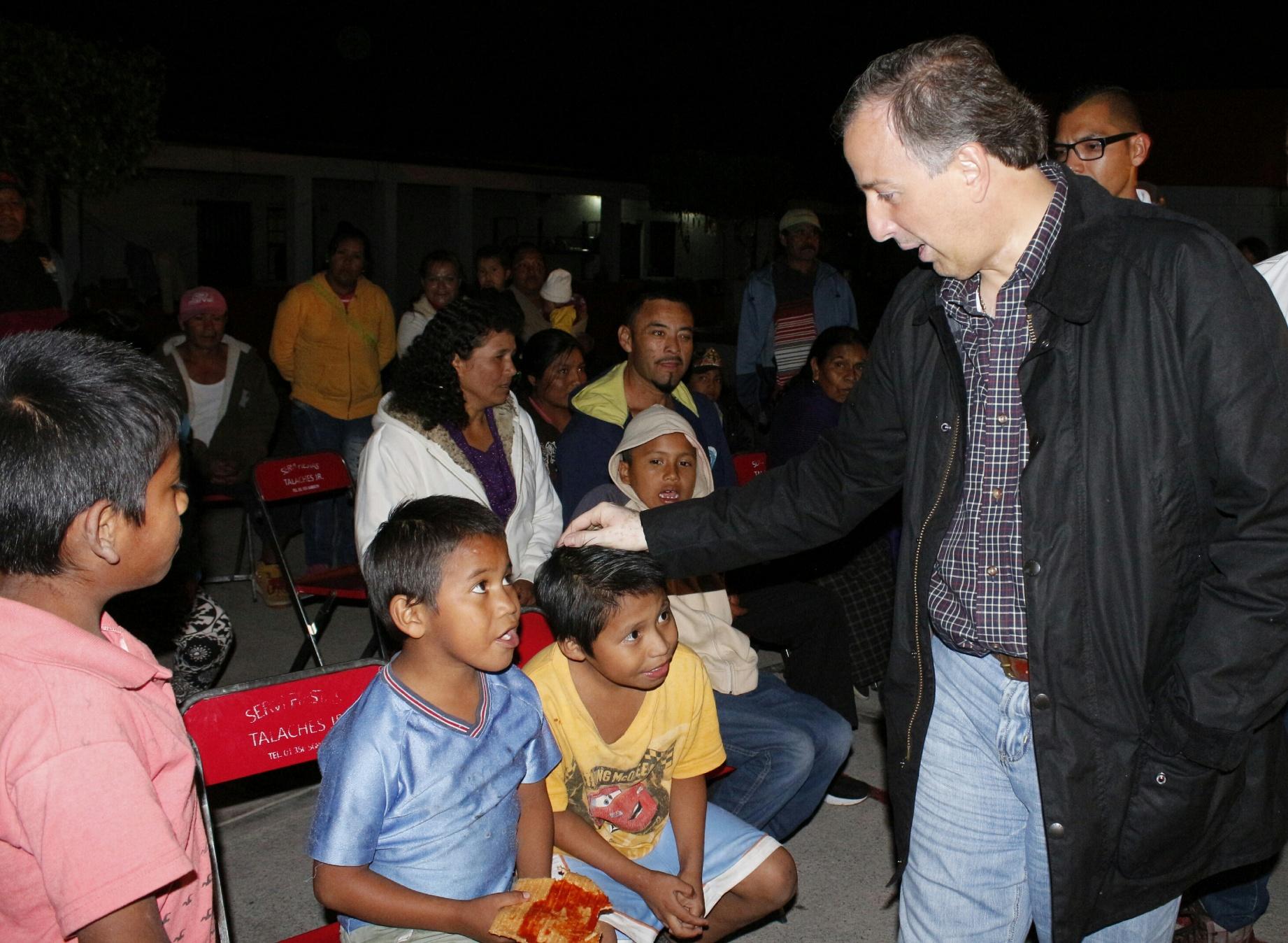 FOTO 3 Secretario Meade a su llegada al Albergue Comunitario Yur cuarojpg