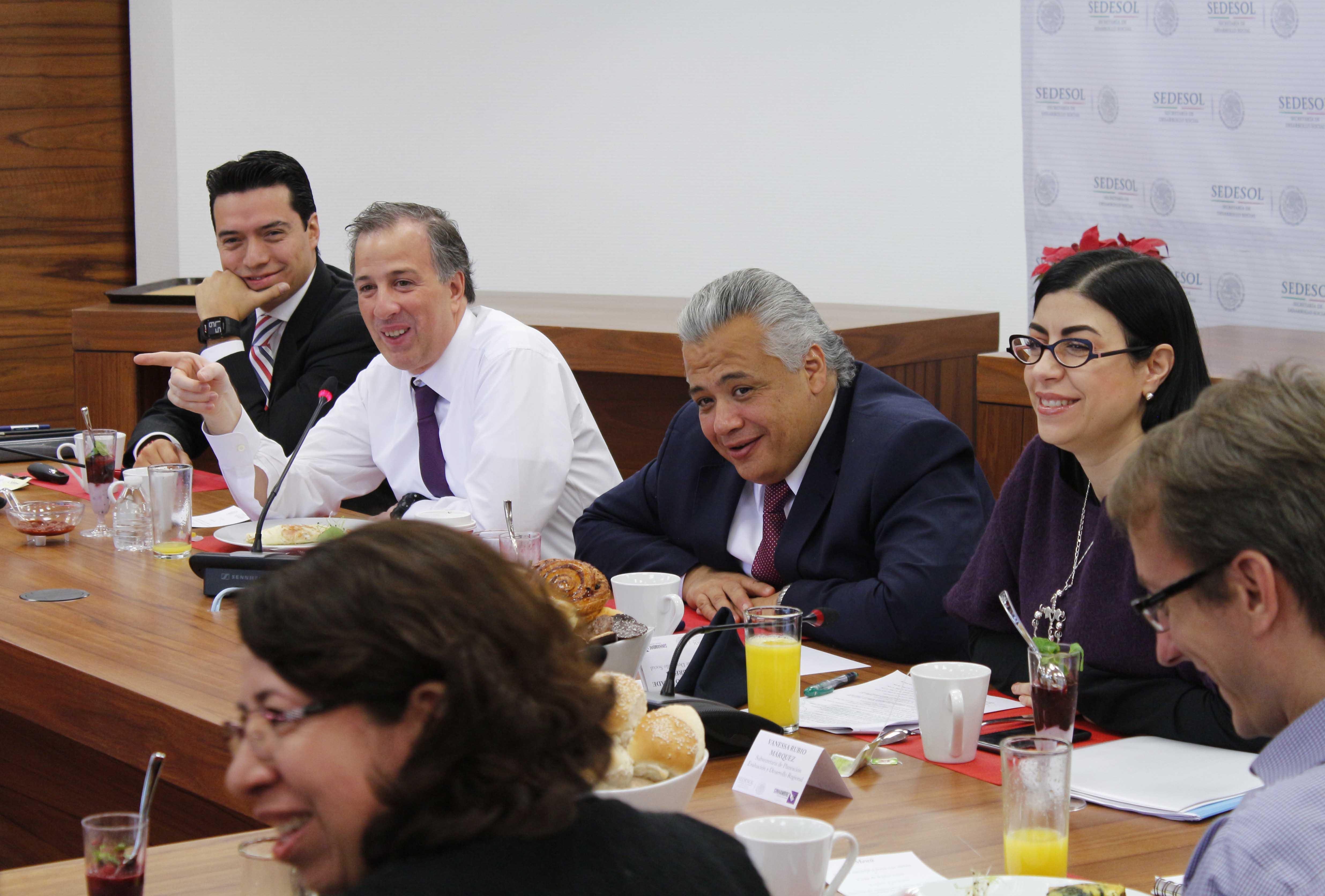 FOTO 3 Encuentro que sostuvo el secretario Meade con reporteros que cubren las actividades de la dependencia.jpg