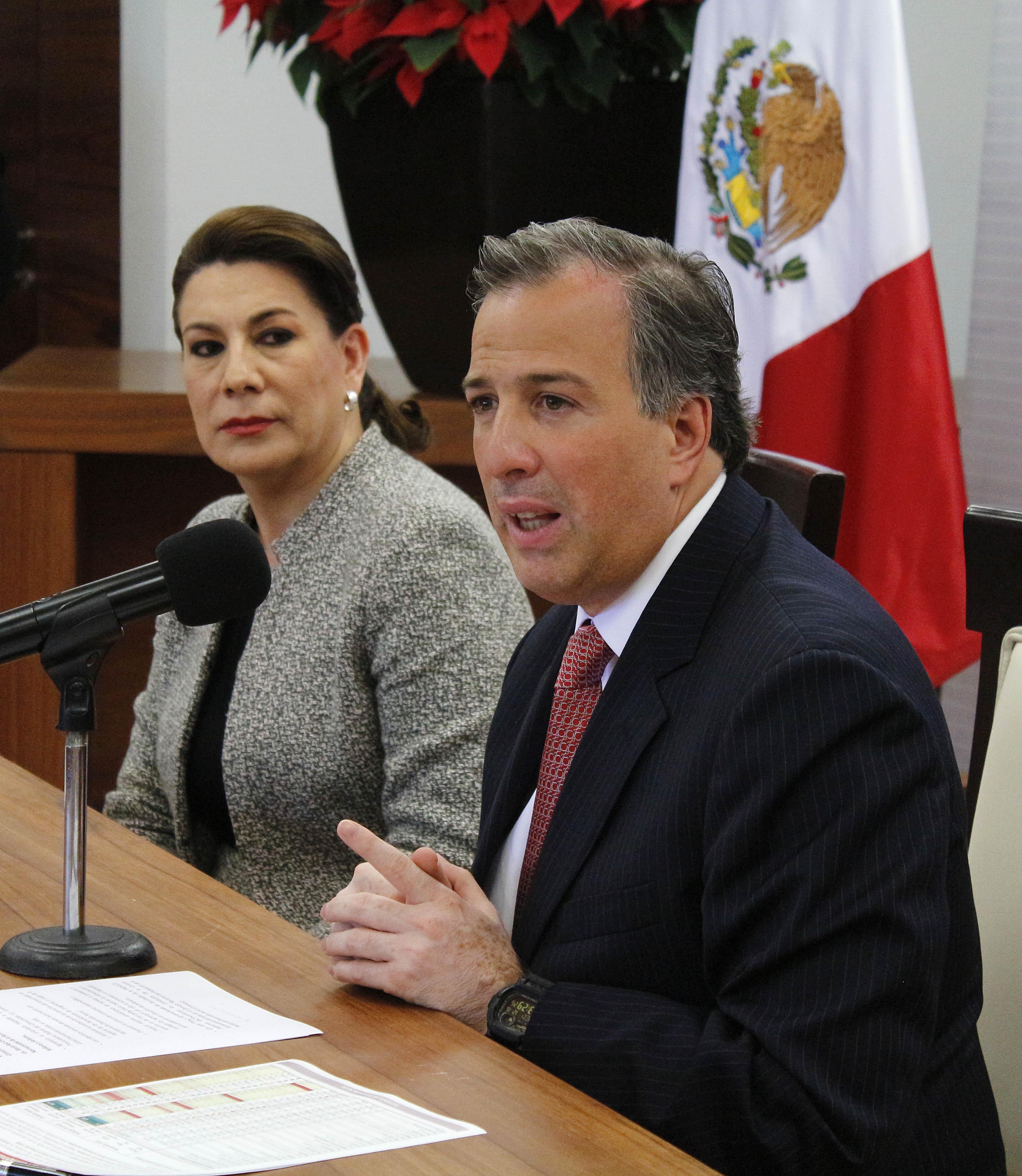FOTO 3 El secretario Meade firm  con la titular de la Profeco  Lorena Mart nez  el Convenio de Coordinaci n  Por la estabilidad en los precios de los alimentos b sicos jpg