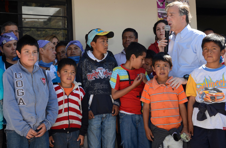FOTO 2 El secretario de Desarrollo Social convivi  con familias beneficiadas por el programa de comedores comunitarios del Estado de M xico.jpg