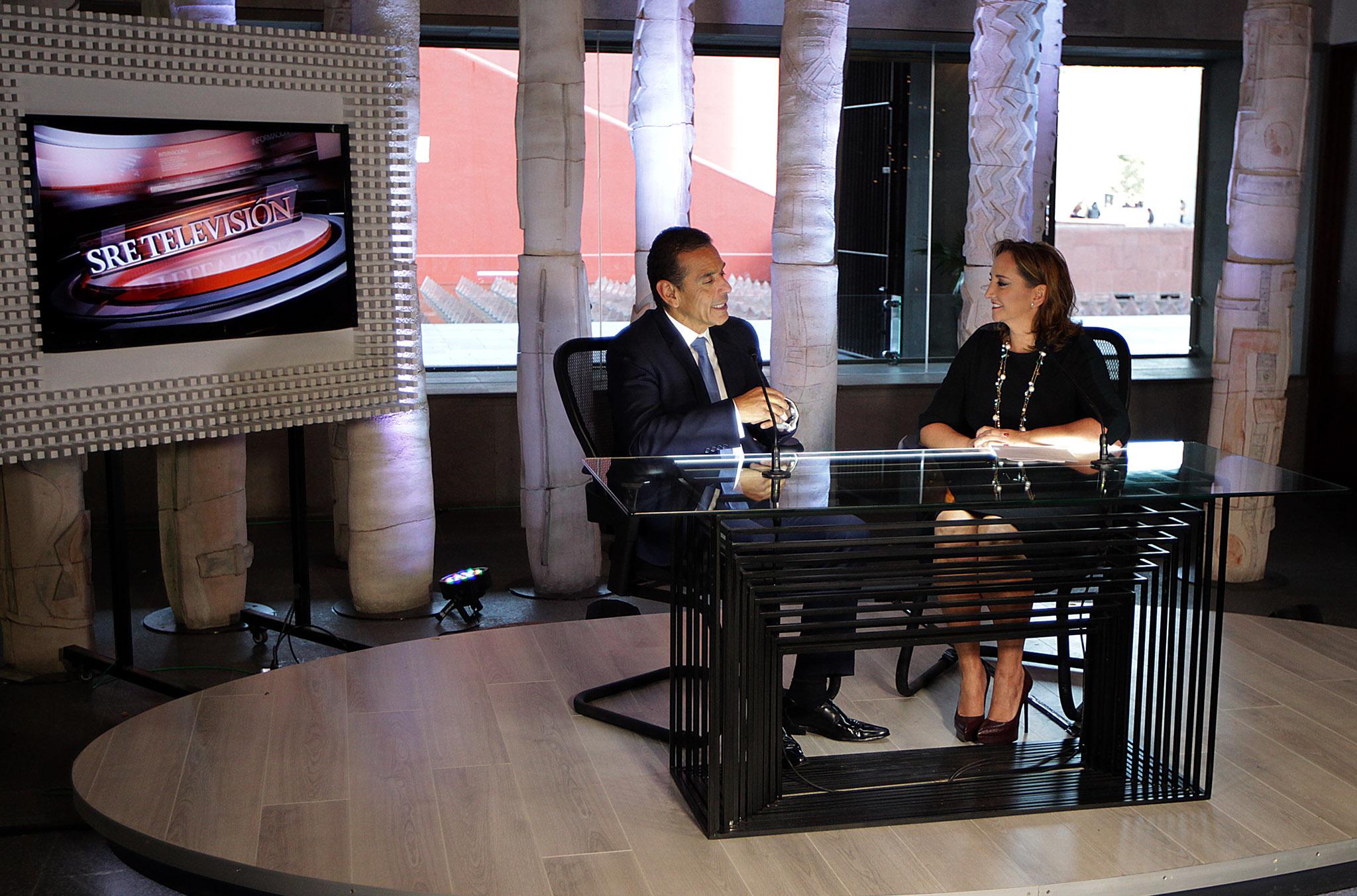 FOTO 2 La Canciller Claudia Ruiz Massieu entrevist  a Antonio Villaraigosa  exalcalde de Los  ngeles  para SRE Televisi n.jpg