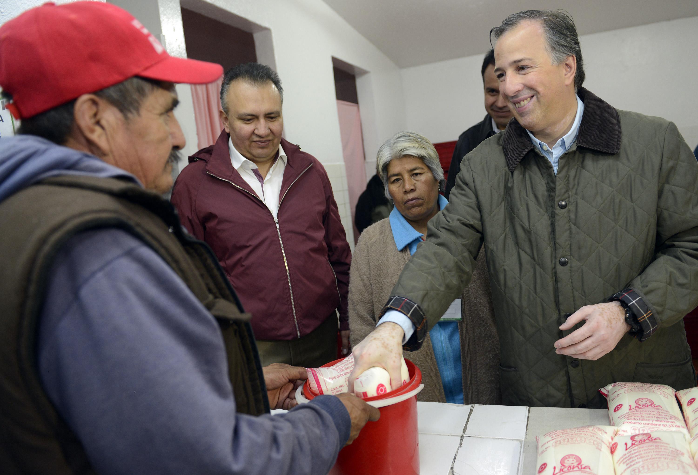 FOTO 1 Secretario Meade durante un recorrido por una lecher a de la delegaci n Azcapotzalcojpg