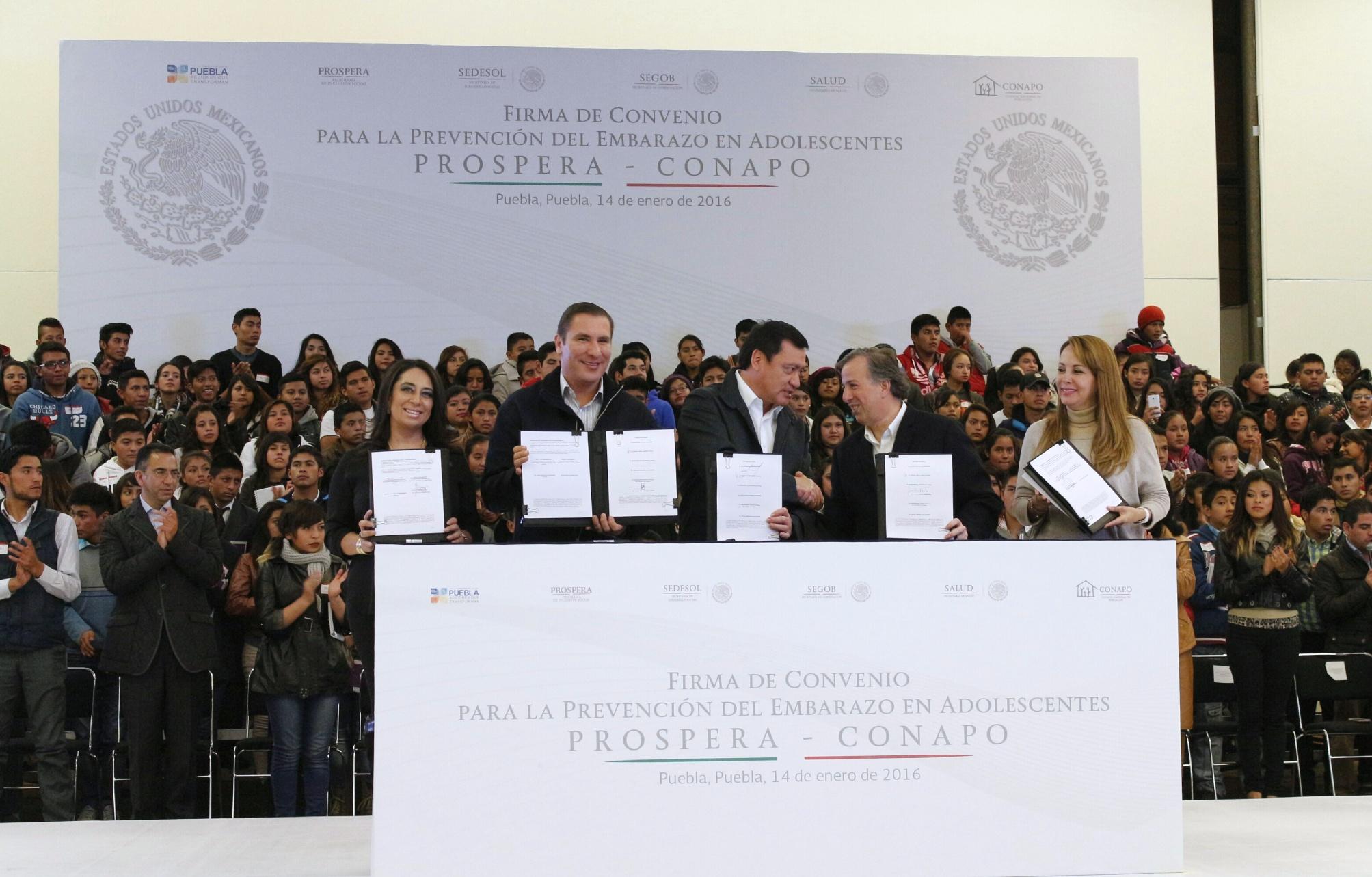 FOTO 3 Los titulares de Segob y Sedesol firmaron Convenio de Colaboraci n para la Prevenci n del Embarazo en Adolescentes Prospera CONAPOjpg