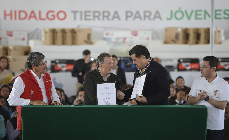 FOTO 2 Secretario Meade en el marco de la firma del Convenio de Adhesi n a la Estrategia J venes por un M xico Alfabetizadojpg