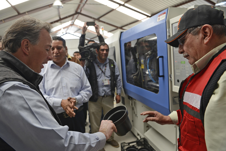FOTO 4 El secretario Meade sostuvo un encuentro con productores de plantas de ornato en la comunidad de San Lorenzo Tlacotepec  Atlacomulcojpg