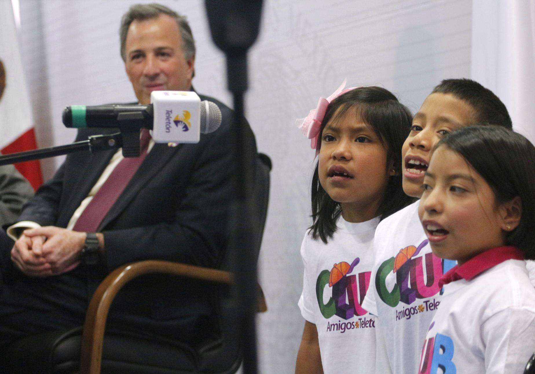 FOTO 4 Secretario Jos  Antonio Meade en el marco de la firma del Convenio Sedesol Fundaci n Telet n por un M xico sin Pobreza.jpg