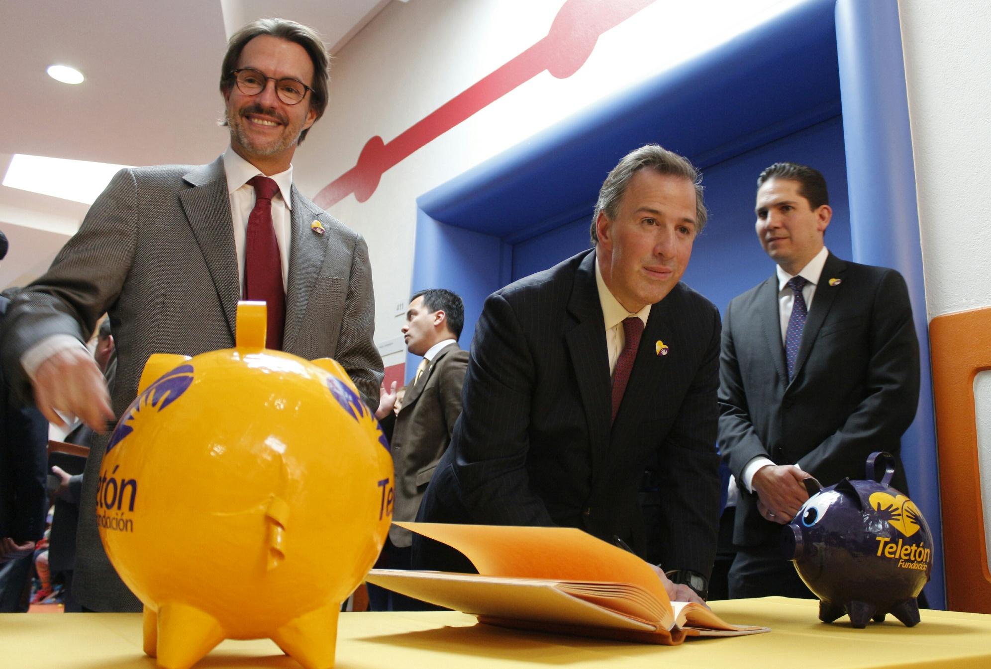 FOTO 5 Secretario Jos  Antonio Meade en el marco de la firma del Convenio Sedesol Fundaci n Telet n por un M xico sin Pobreza.jpg