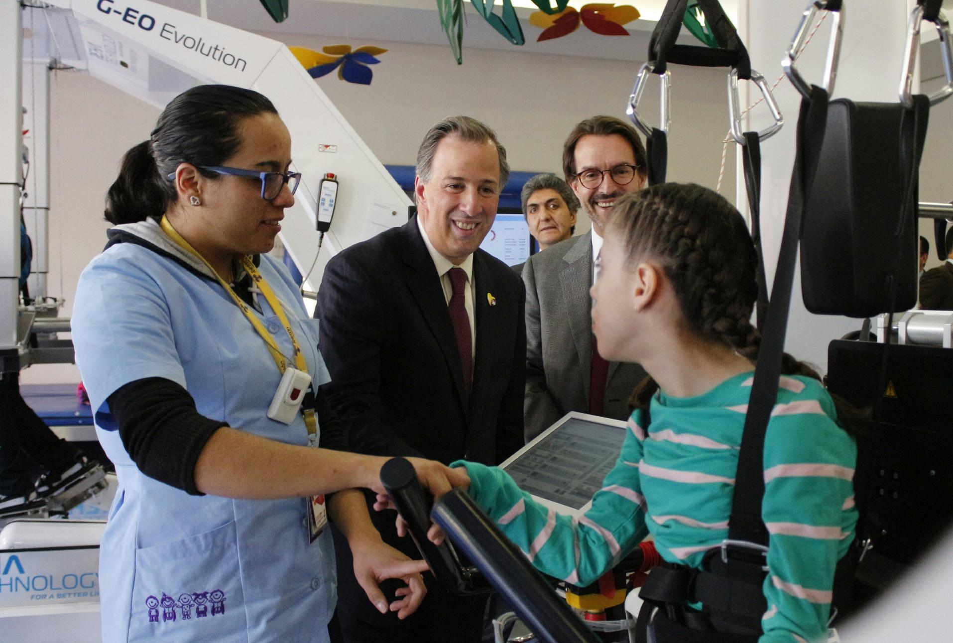 FOTO 2 Secretario Jos  Antonio Meade en el marco de la firma del Convenio Sedesol Fundaci n Telet n por un M xico sin Pobreza.jpg
