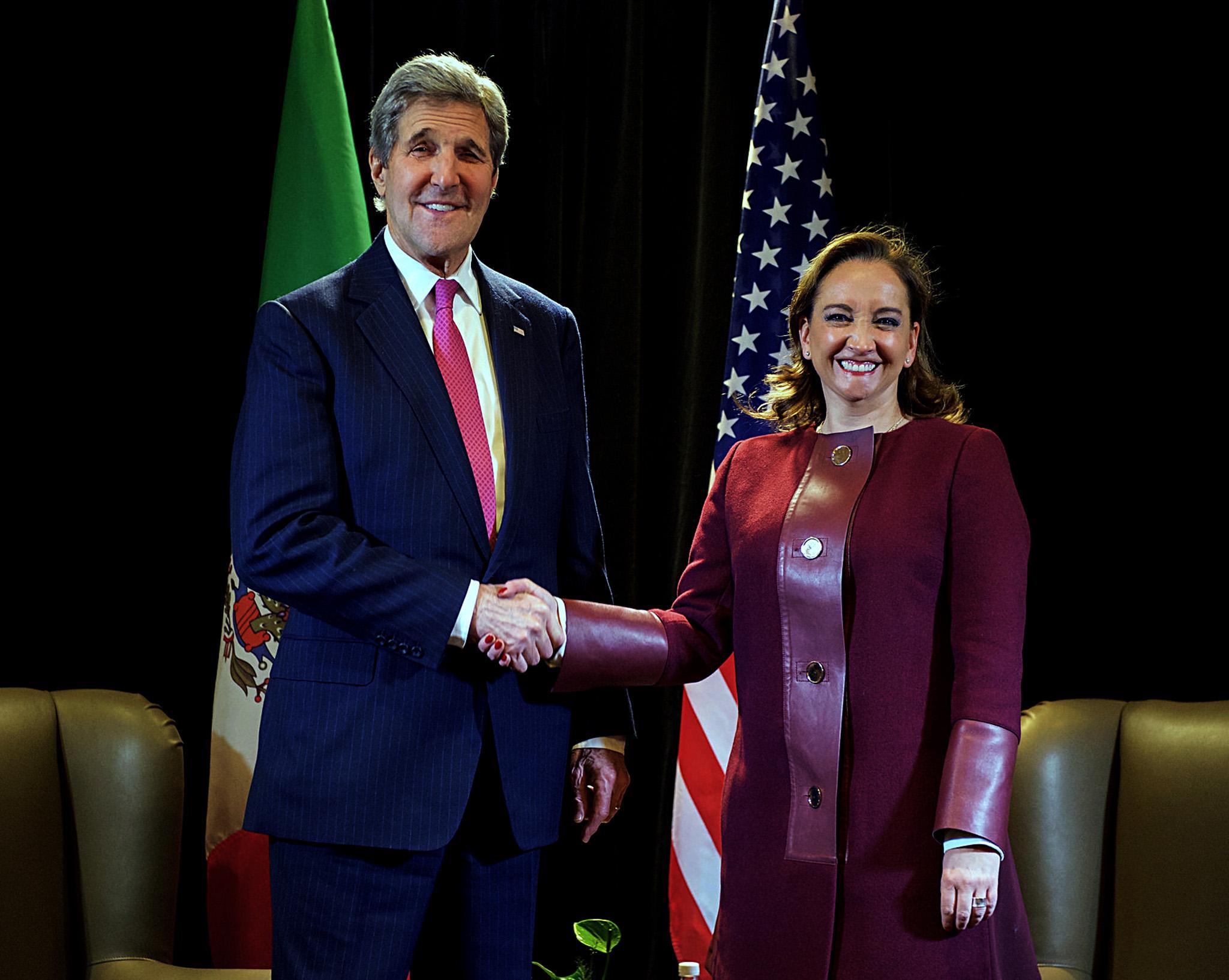 FOTO 1 Canciller Claudia Ruiz Massieu con el Secretario de Estado de Estados Unidos  John Kerry  Foto Departamento de Estado de EU .jpg