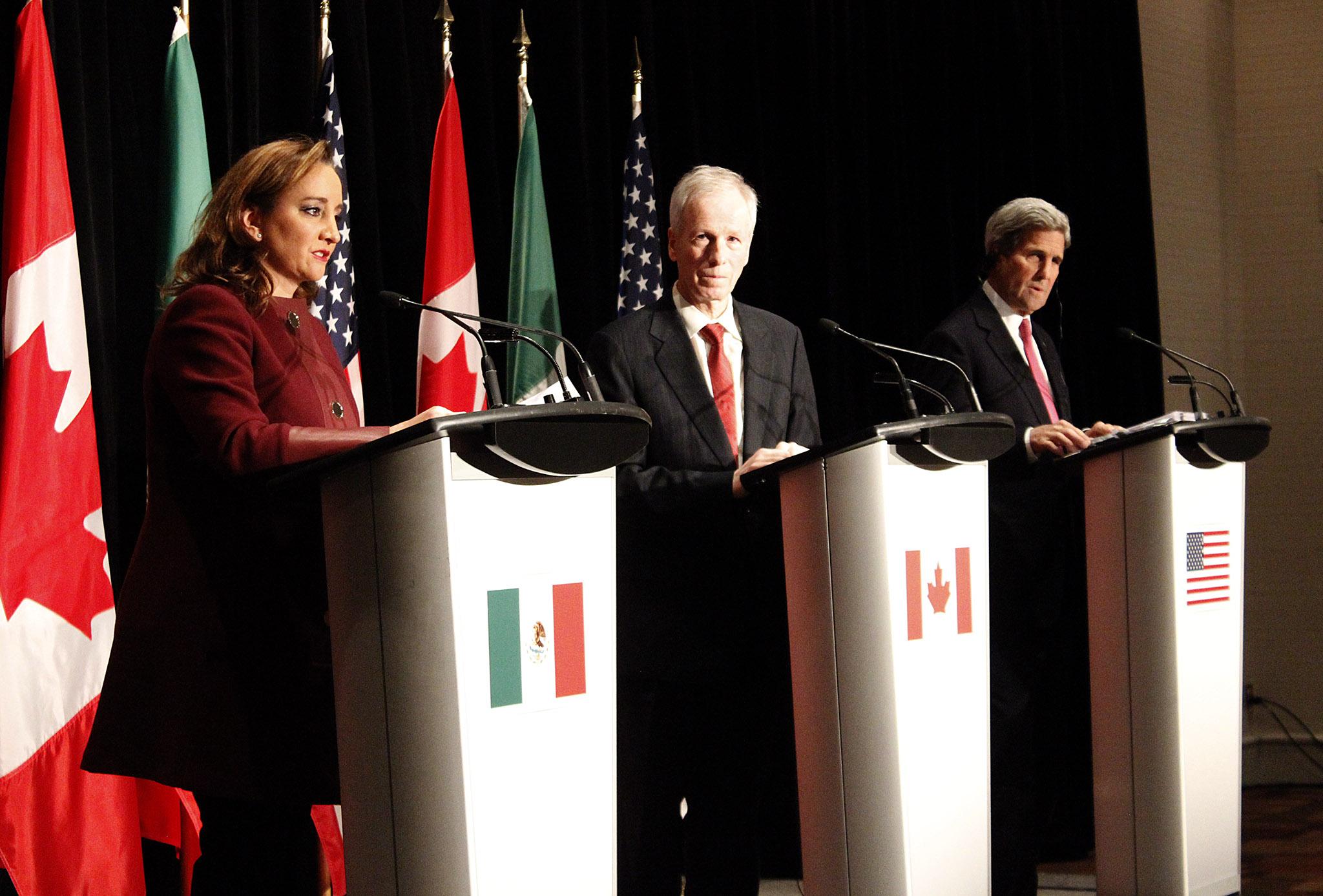 FOTO 2 Conferencia de la Canciller Claudia Ruiz Massieu con sus hom logos de Estados Unidos y Canad   John Kerry y St phan Dionjpg
