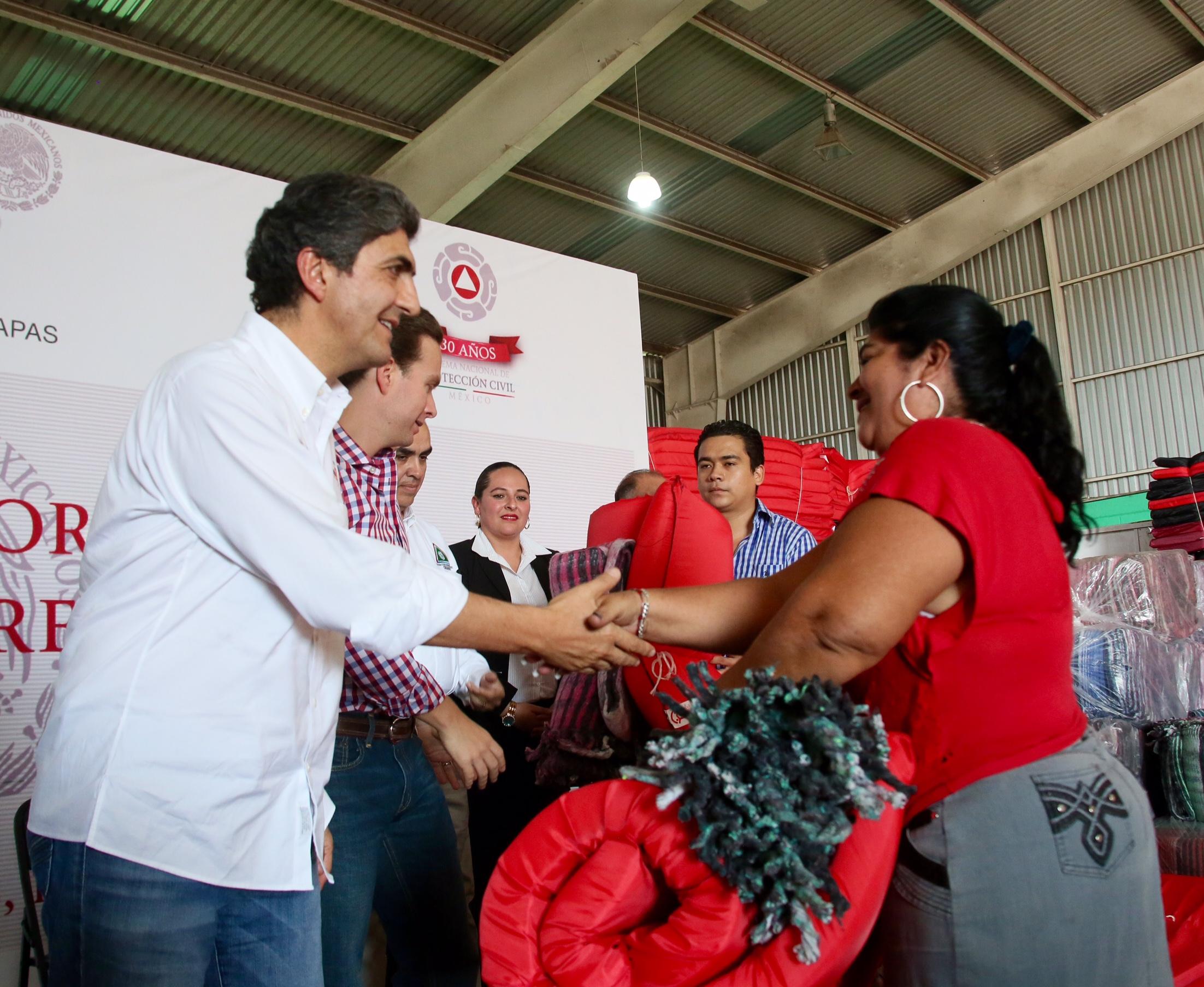 FOTO 2 El subsecretario Ernesto Nemer y el gobernador Manuel Velasco participan en entrega de despensas  cobertores y colchonetas para m s de ocho municipios.jpg