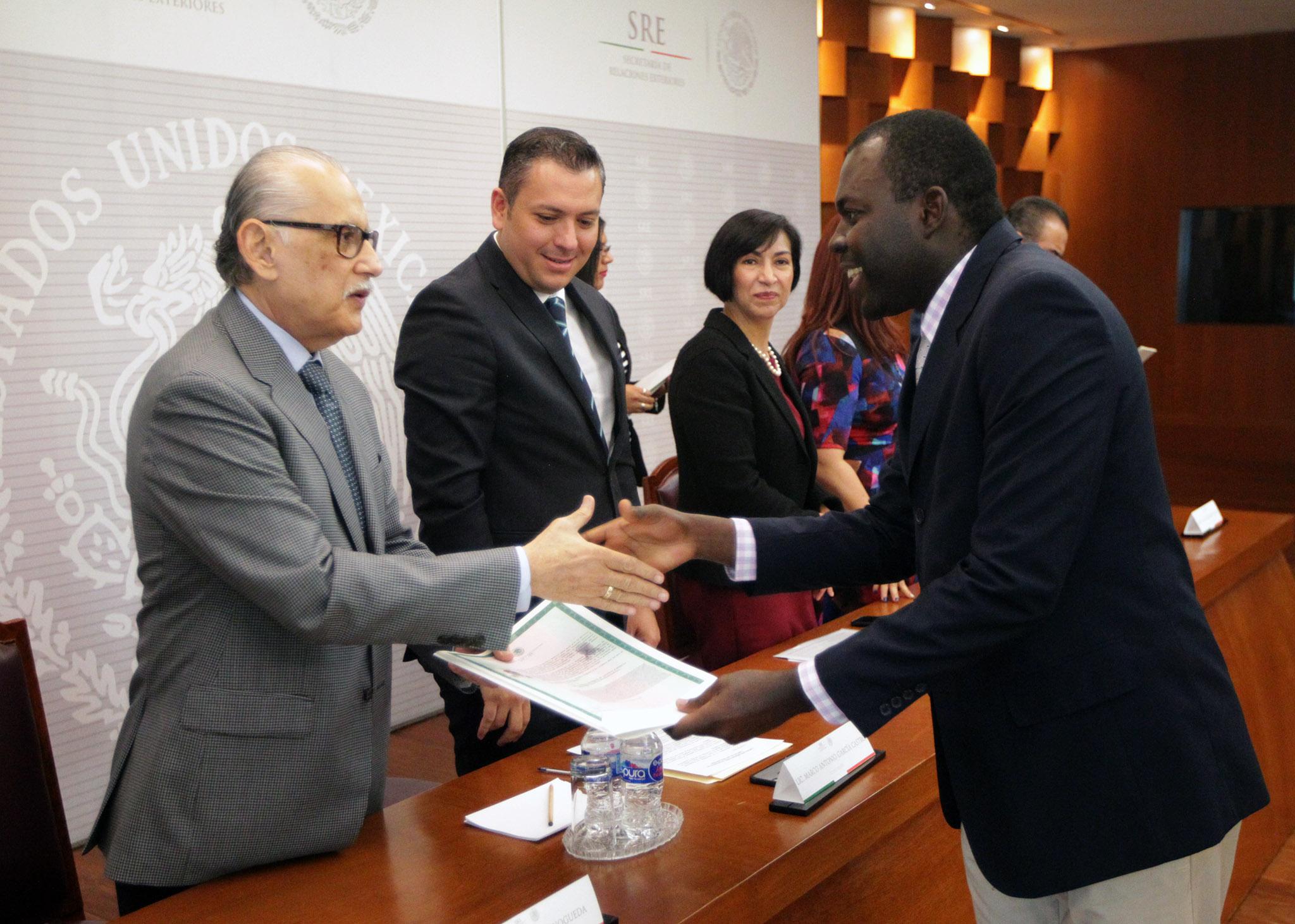 FOTO 1 Ceremonia de entrega de cartas de naturalizaci n en la SREjpg