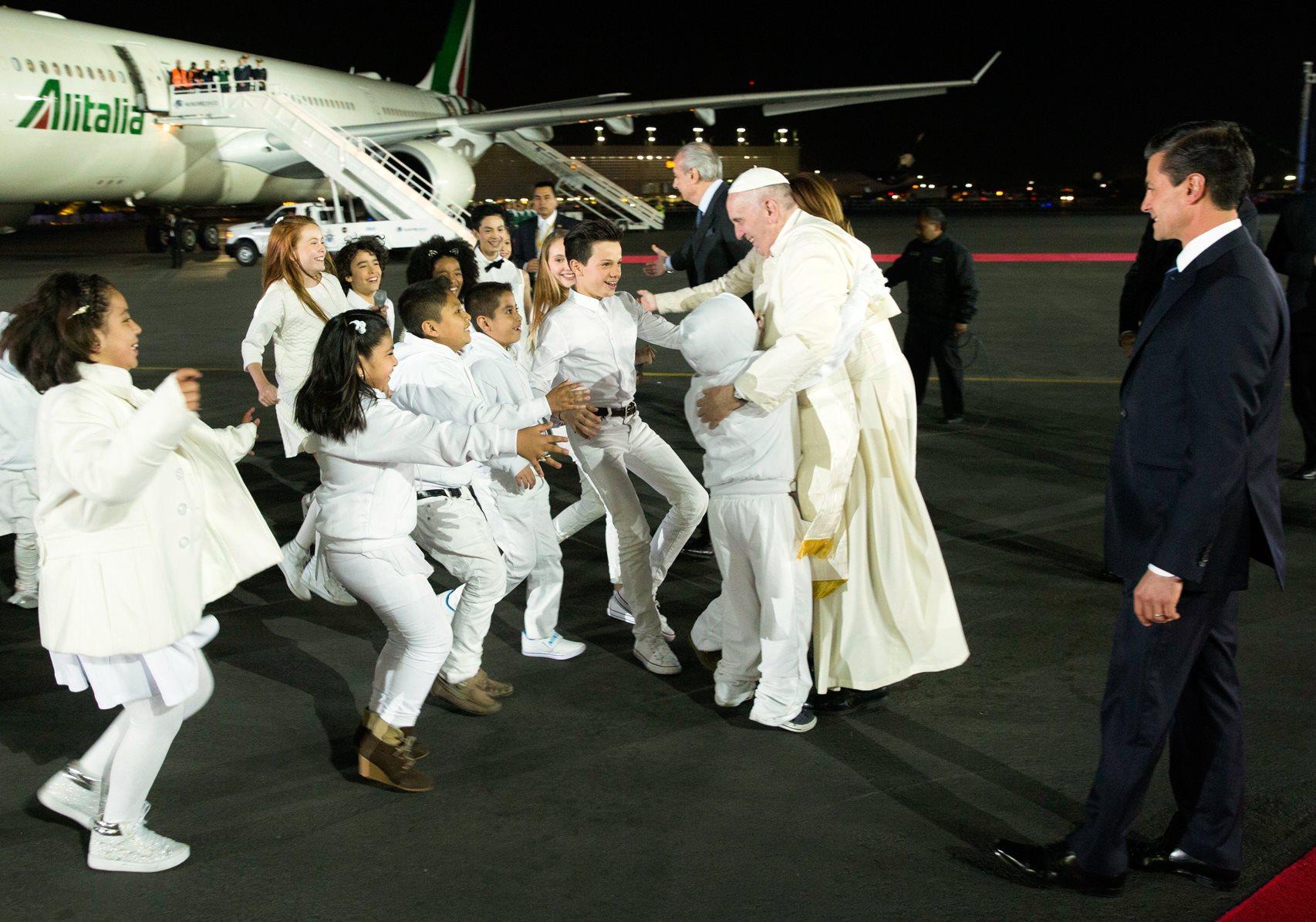 arribo papa francisco  abrazo nin osjpg