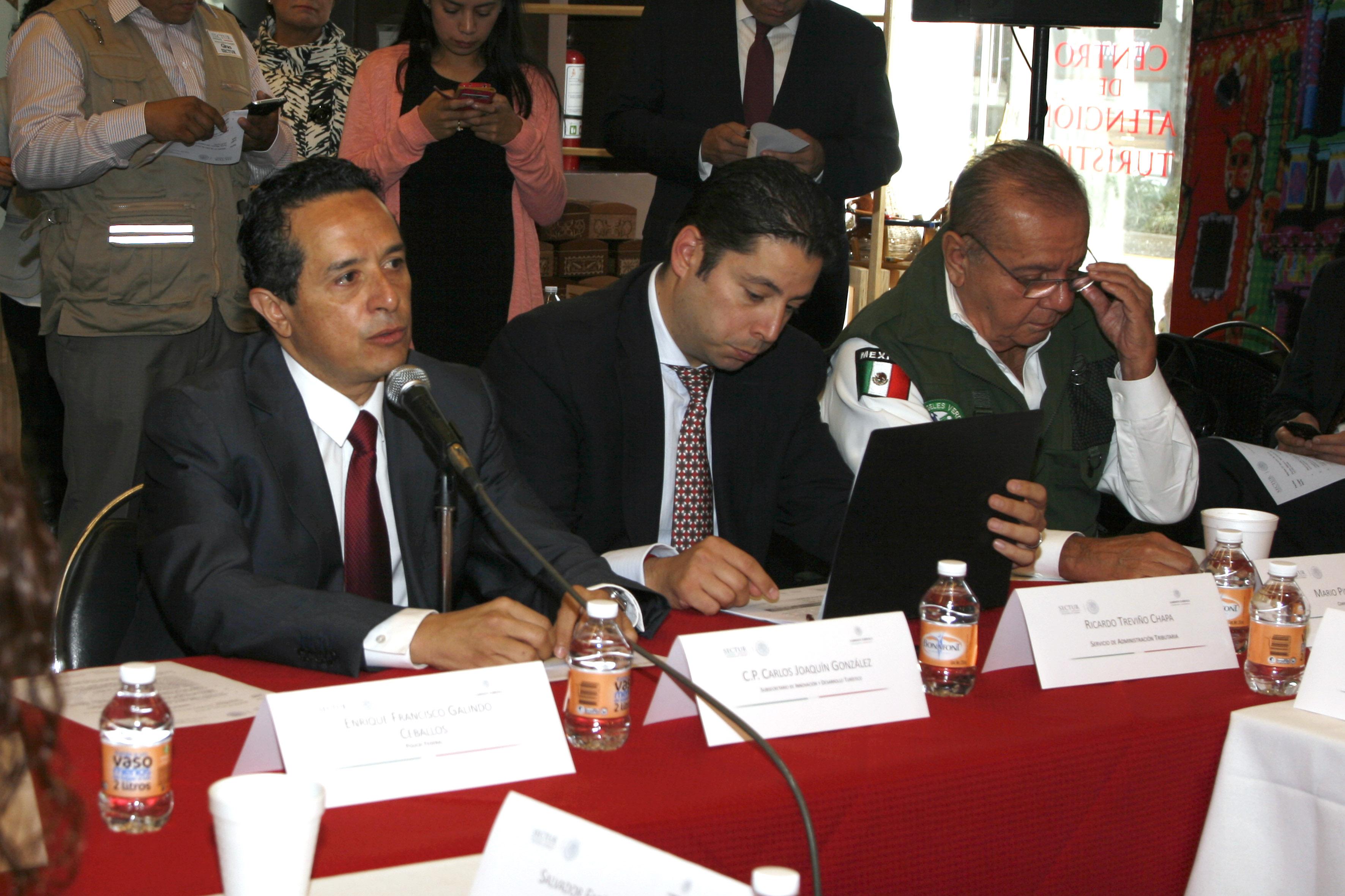 El Subsecretario Carlos Manuel Joaquín González de la SECTUR en reunión con el Gabinete Turístico.