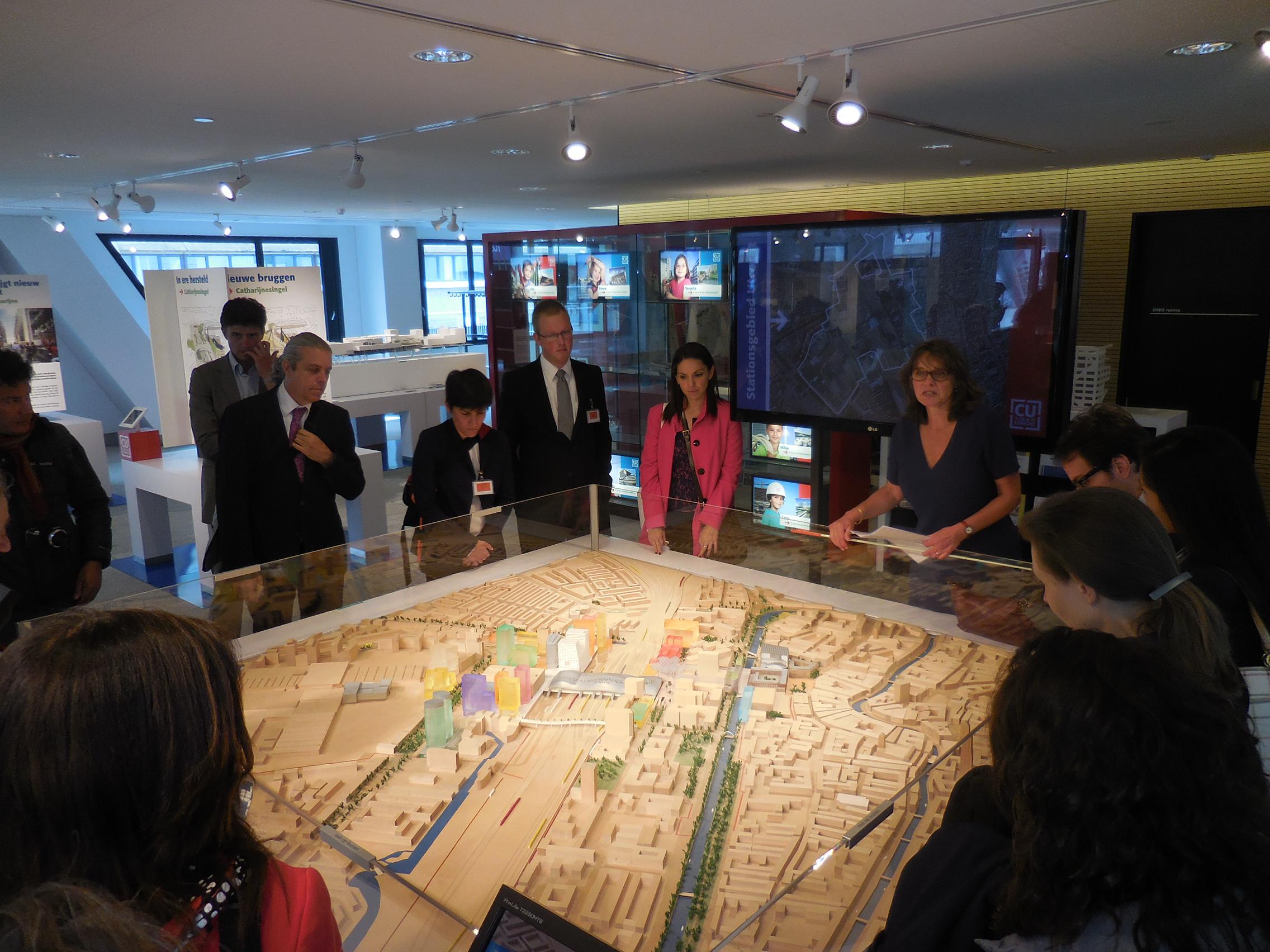En la foto, representantes de la SEDATU, durante su gira por Holanda, observan la maqueta de una ciudad de este país donde se ha creado infraestructura vial para fomentar el uso de la bicicleta.