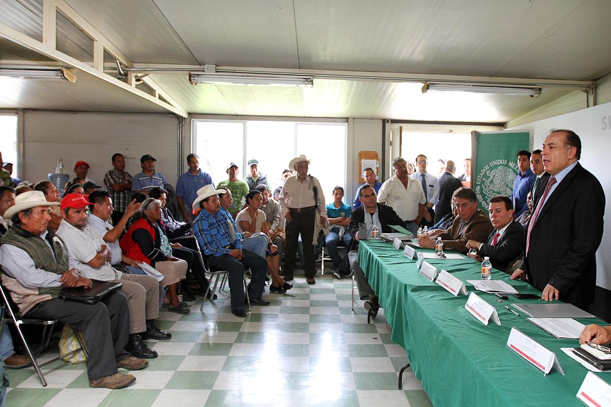 En la imagen, el subsecretario de Desarrollo Agrario de la SEDATU, Arturo Nahle García, durante una reunión con los campesinos beneficiados por la solución de dos conflictos agrarios en el estado de Puebla.