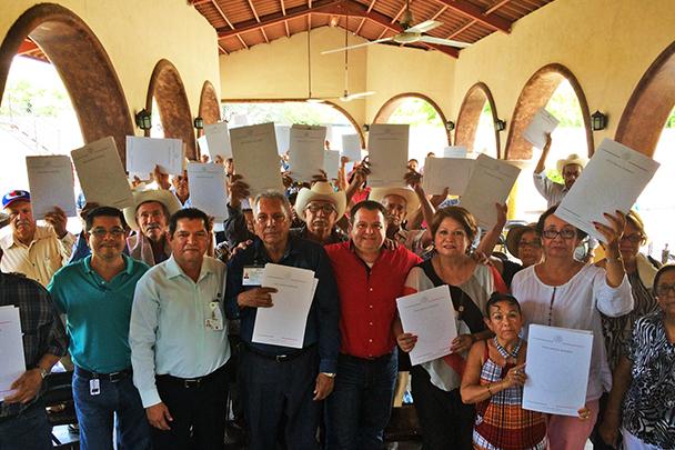 En la foto, ejidatarios beneficiados por la SEDATU, muestran los certificados parcelarios que recibieron con lo que se da certeza jurídica a sus tierras, se resuelve un conflicto agrario y se garantiza la paz social en sus comunidades.