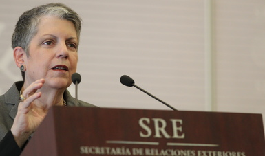 Imparte Janet Napolitano, Presidenta de la Universidad de California, conferencia magistral sobre la transición energética en la SRE