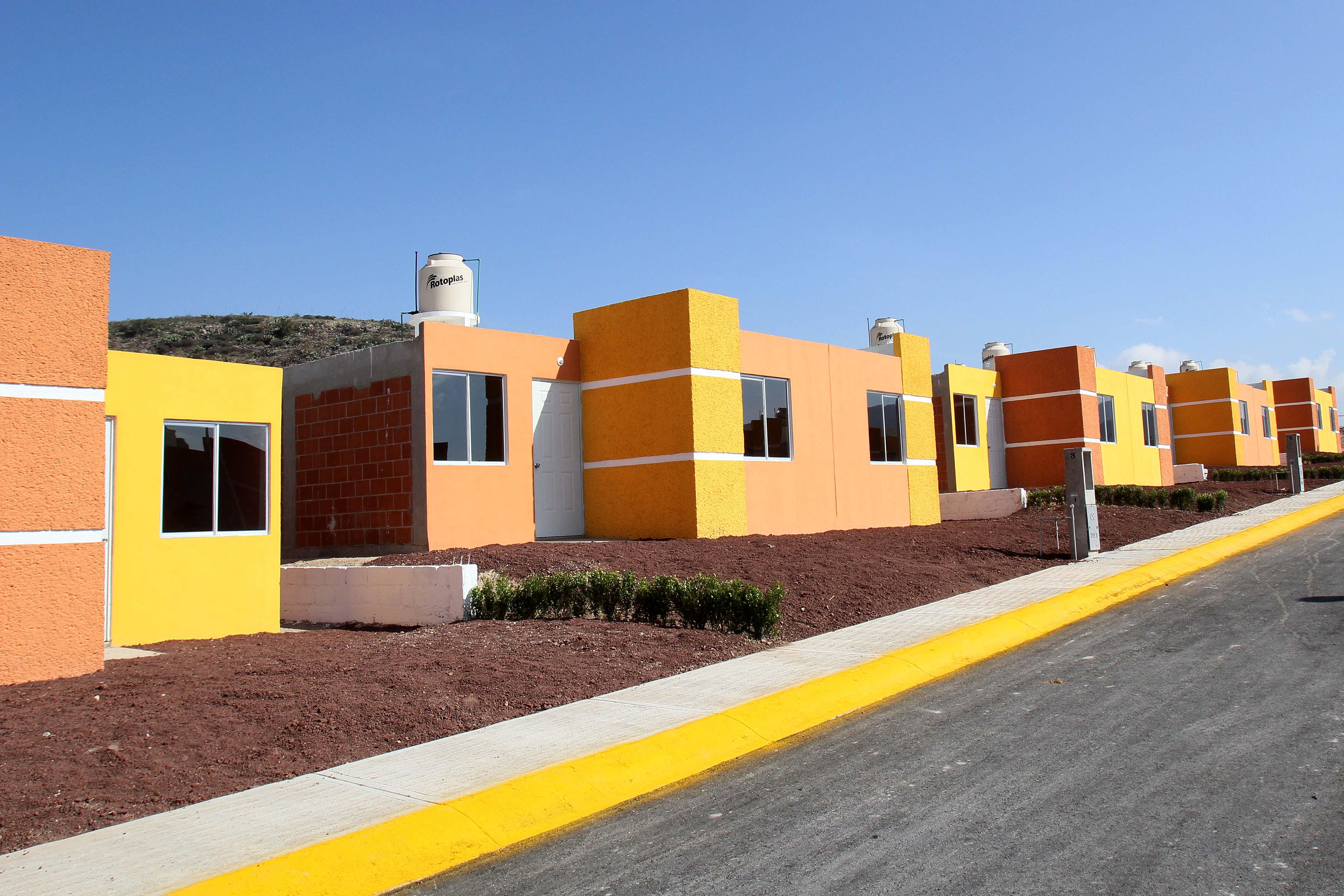 En la gráfica, viviendas construidas con el apoyo de SEDATU, a través de FONHAPO, en el estado de Hidalgo. Cuentan con techo de concreto, muros sólidos de ladrillo o block con aplanados, pintura e instalaciones eléctricas y sanitarias.