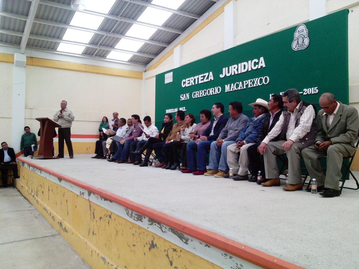 En la imagen, el subsecretario de Ordenamiento Territorial de la SEDATU, Gustavo Cárdenas Monroy, durante la entrega de títulos de propiedad a comuneros de San Gregorio Macapexco, municipio de Morelos en el Estado de México.
