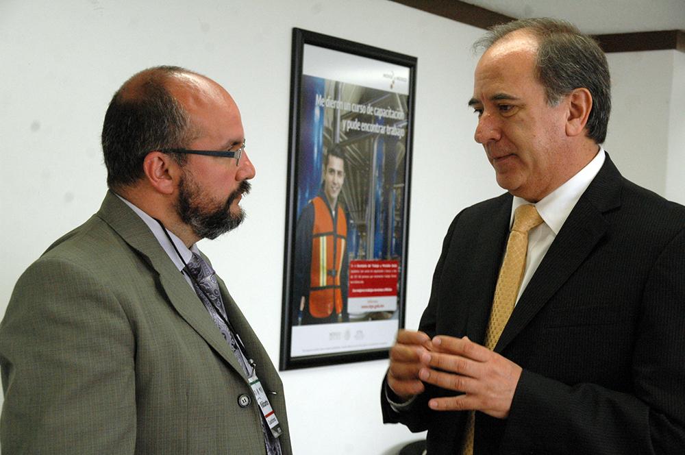 El Coordinador General del SNE, Héctor Oswaldo Muñoz Oscós, acompañado por el Director General de Empleo del Ministerio de Trabajo, Empleo y Seguridad Social de Paraguay, David Velázquez Seiferheld.