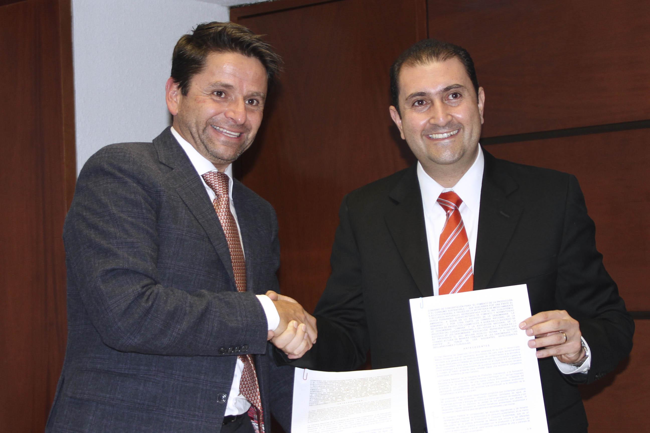 Cuauhtémoc Ochoa y Willian Hidalgo Zetina, presidente de la CANIPEC,