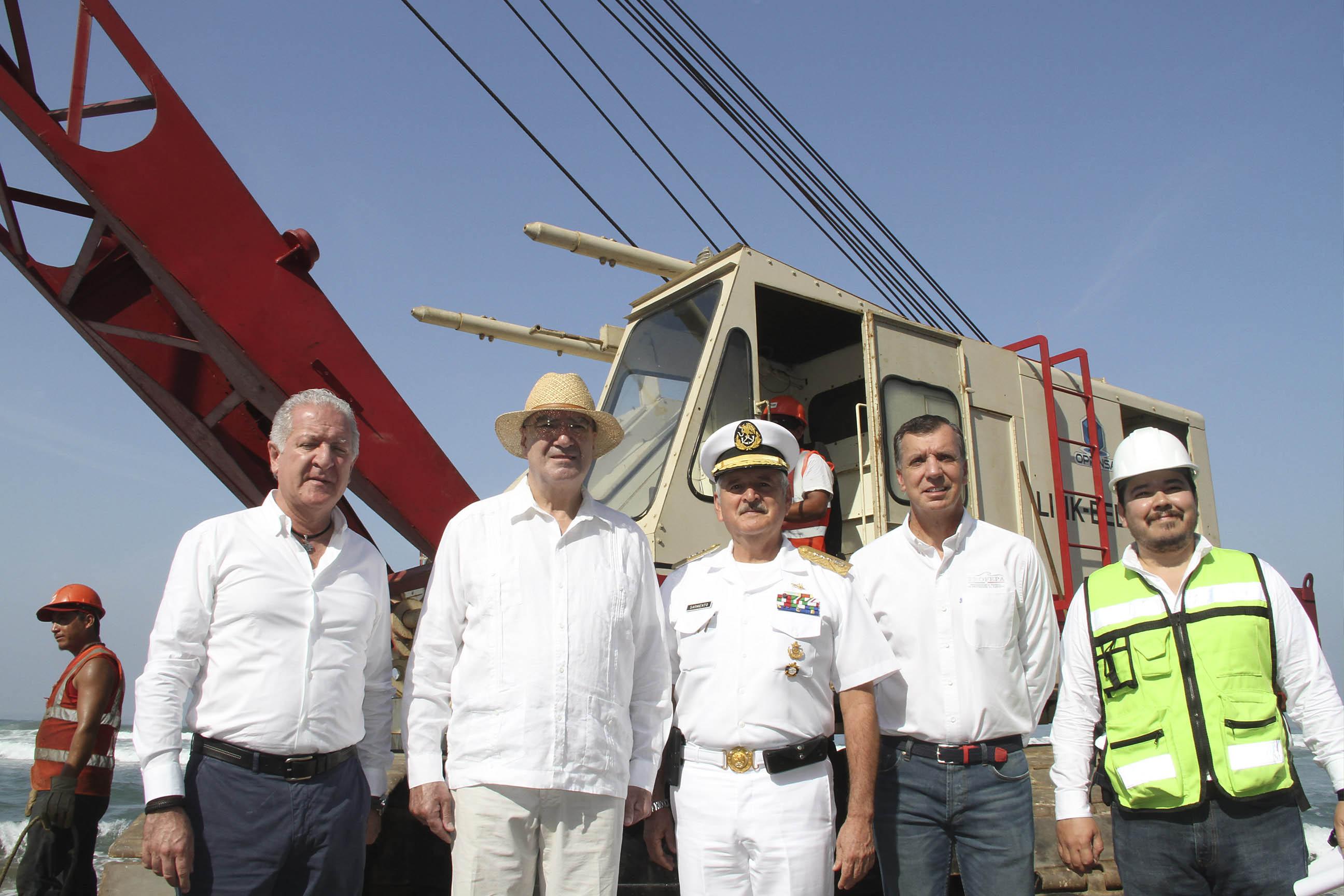 Guerra Abud y Guillermo Haro en desmantelación de Muelle Revolcadero.