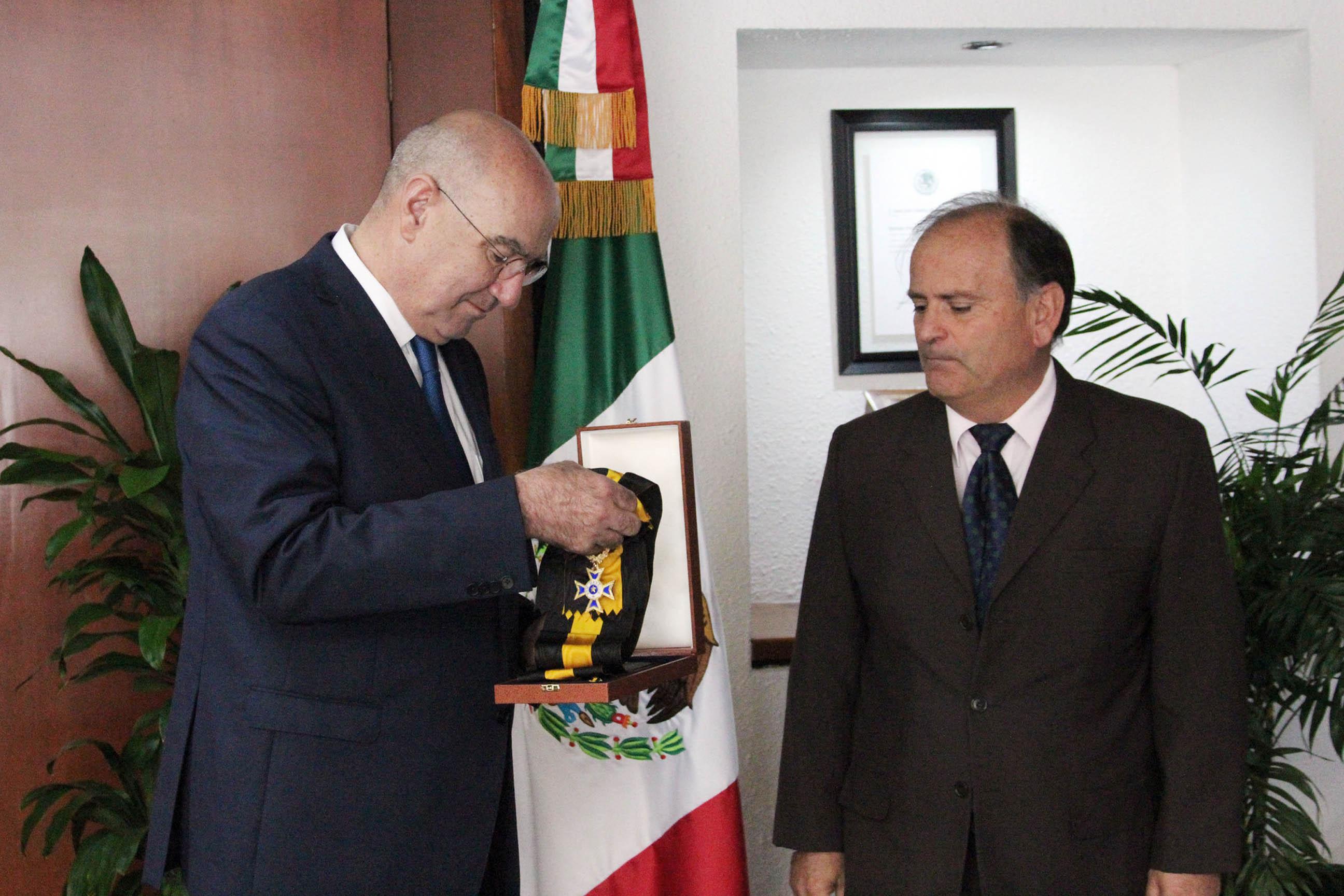 Portugal entrega condecoración al Secretario Guerra Abud.