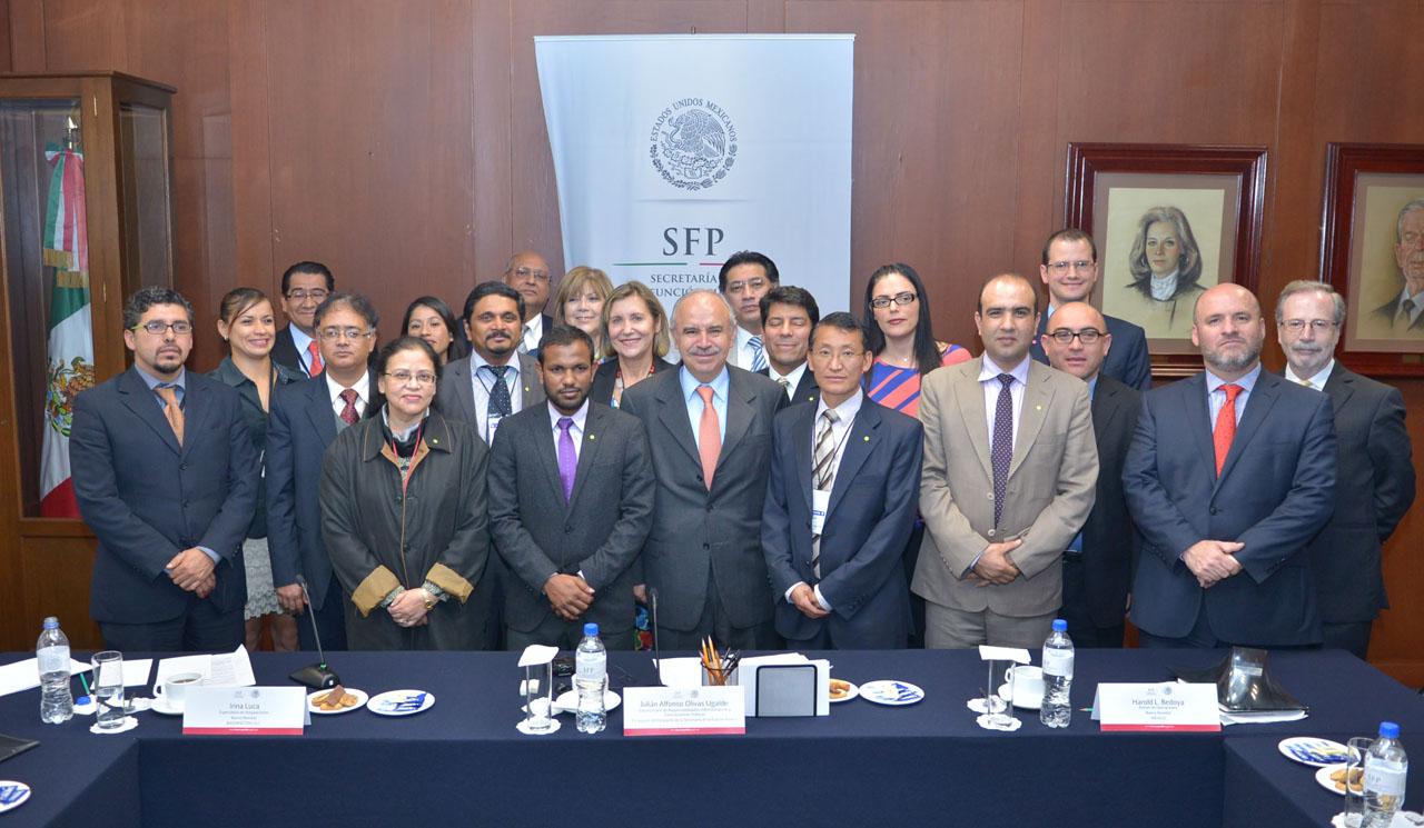 El Encargado del Despacho de la Secretaría de la Función Pública, Julián Olivas Ugalde, acompañado de representantes del Banco Mundial y de titulares de Compras de Gobierno de Asia del Sur.